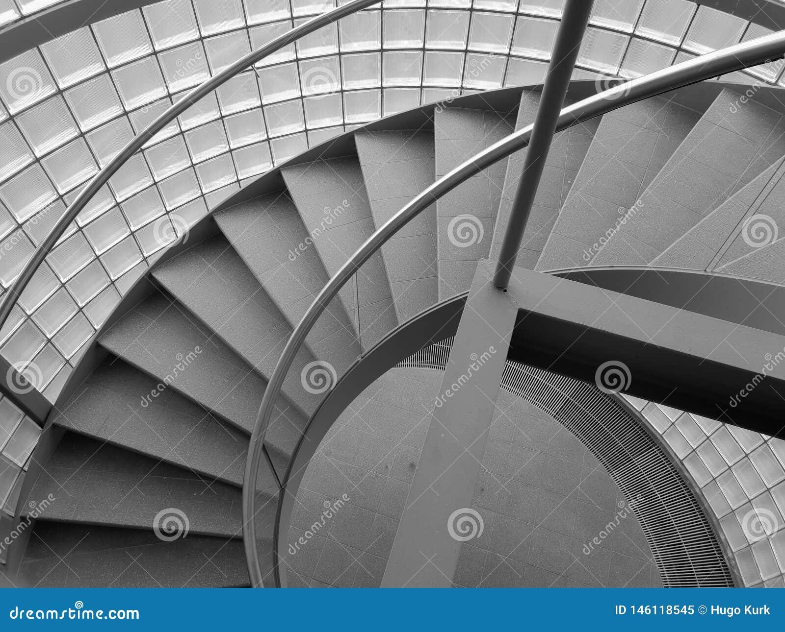 在灰色颜色的螺旋形楼梯
