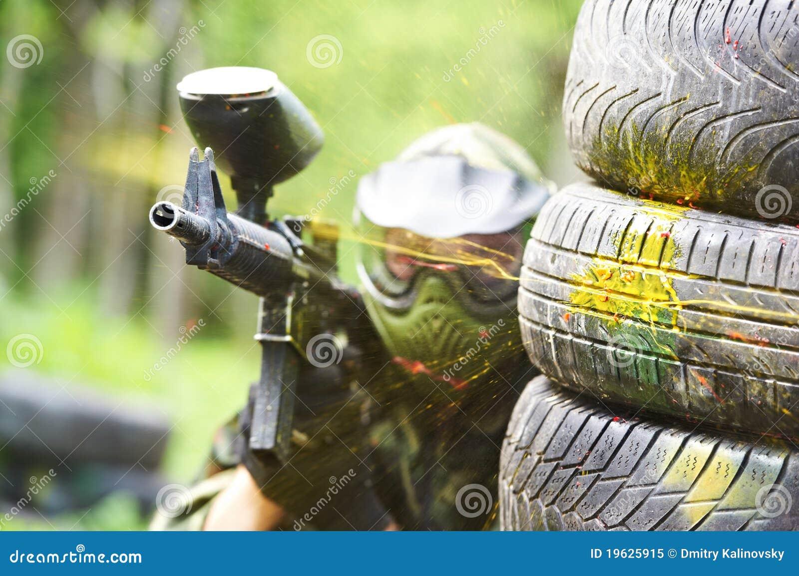 在炮火之下的Paintball球员