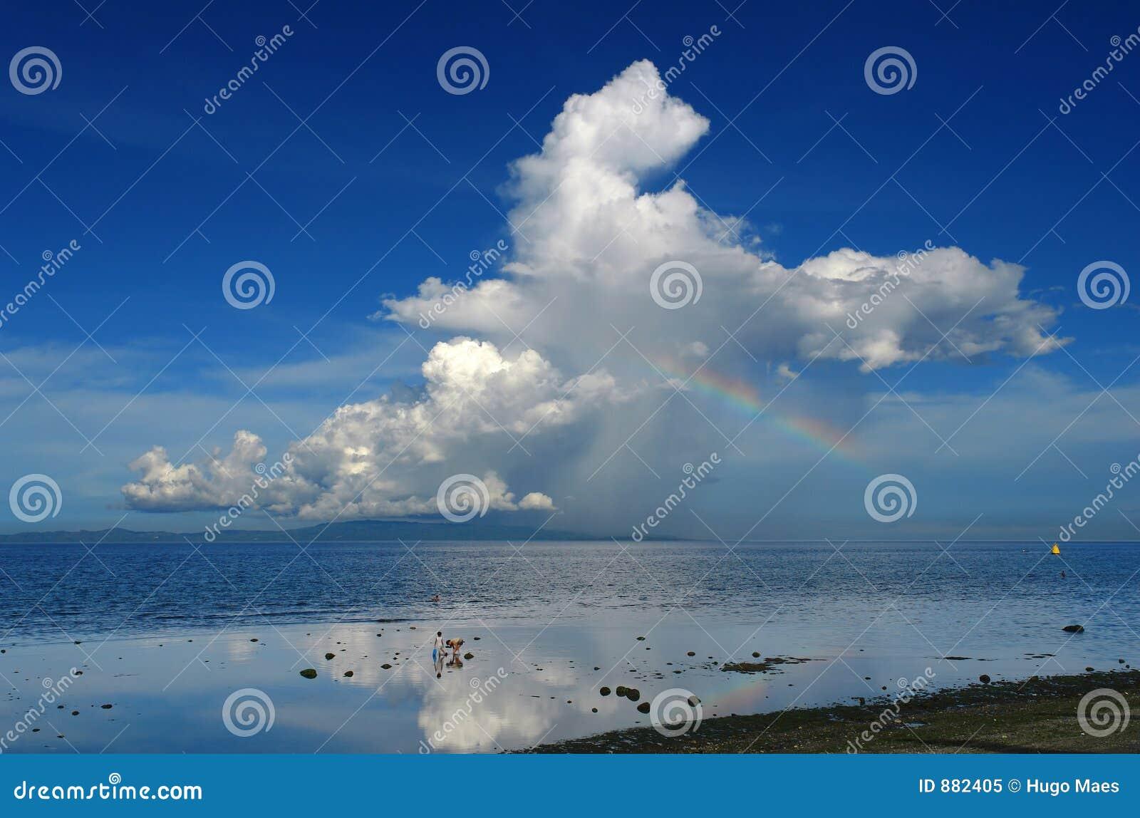 在热带彩虹的雷暴的海岛