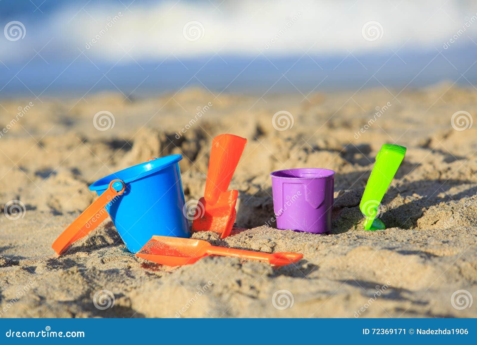 在热带沙子海滩的孩子玩具