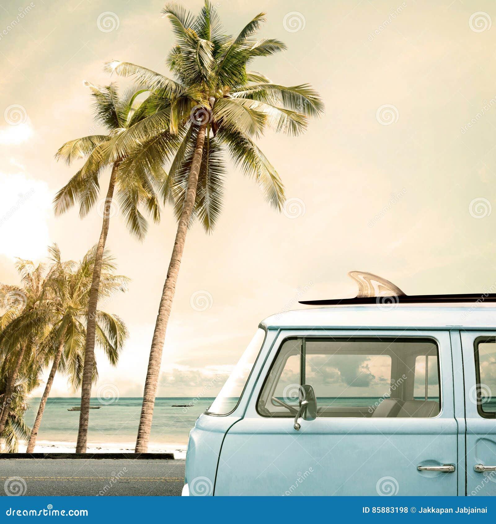 在热带海滩停放的葡萄酒汽车