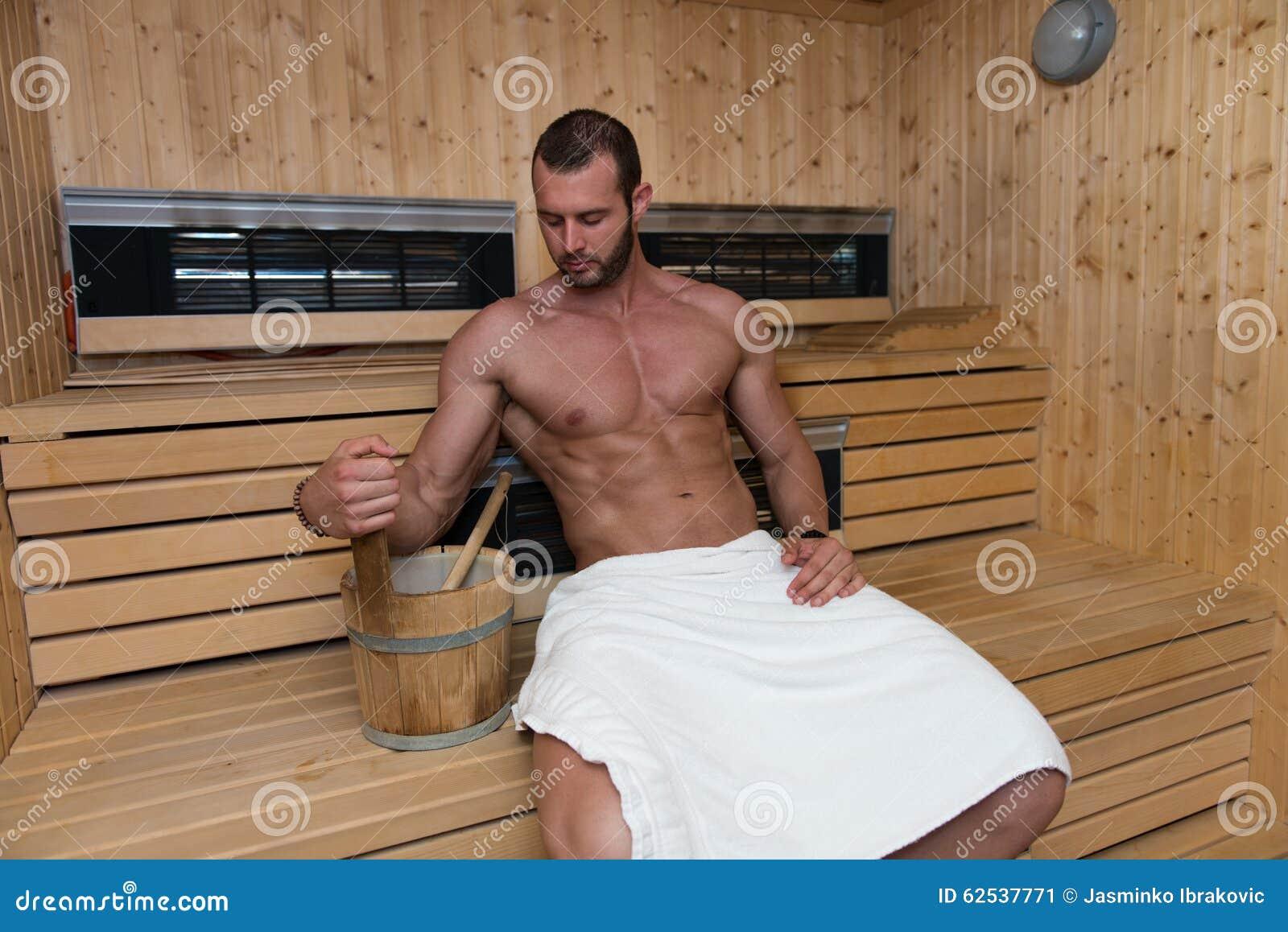 在热的蒸汽浴放松的人休息