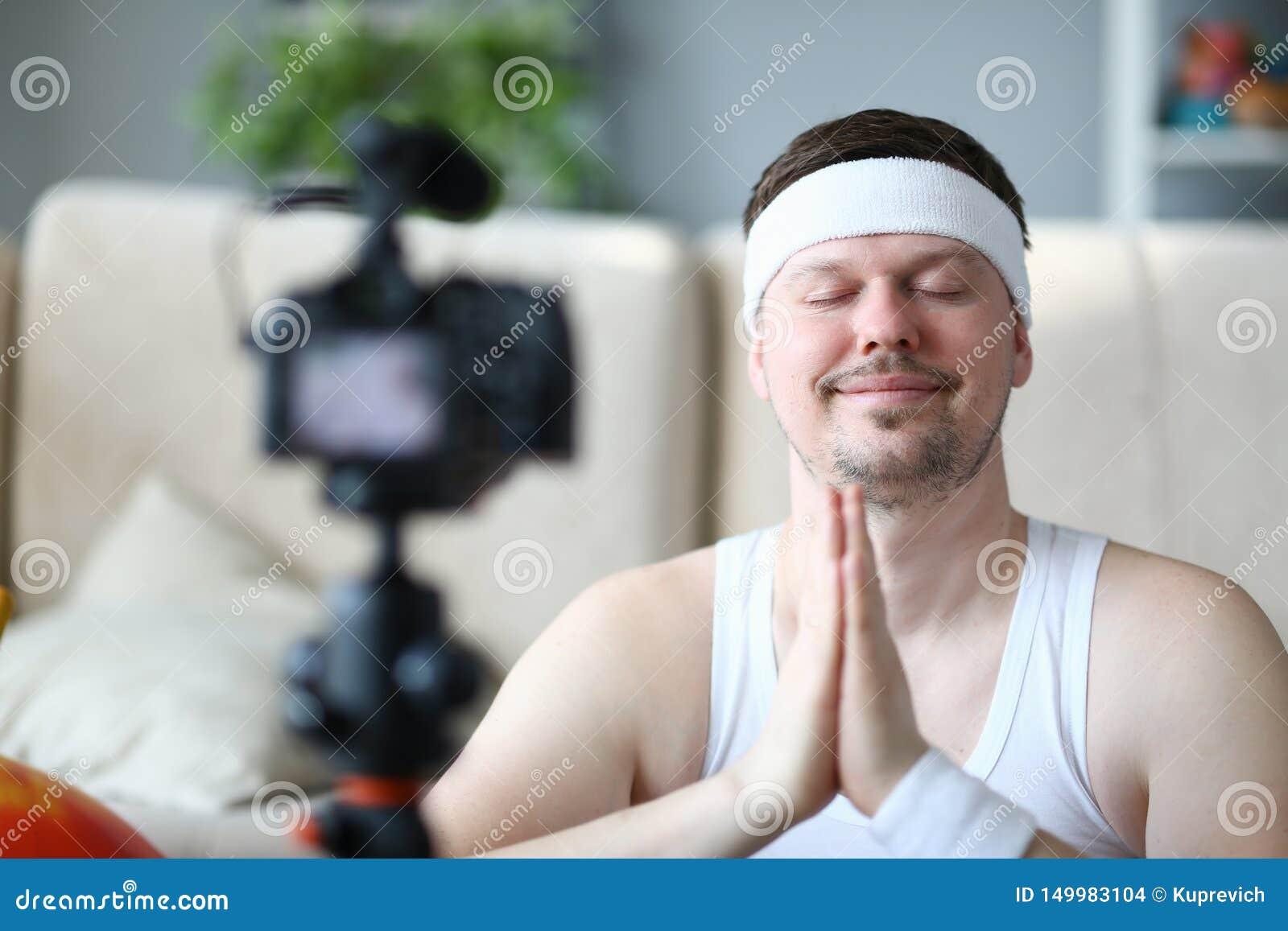 在照相机的年轻瑜伽人录音体育博克