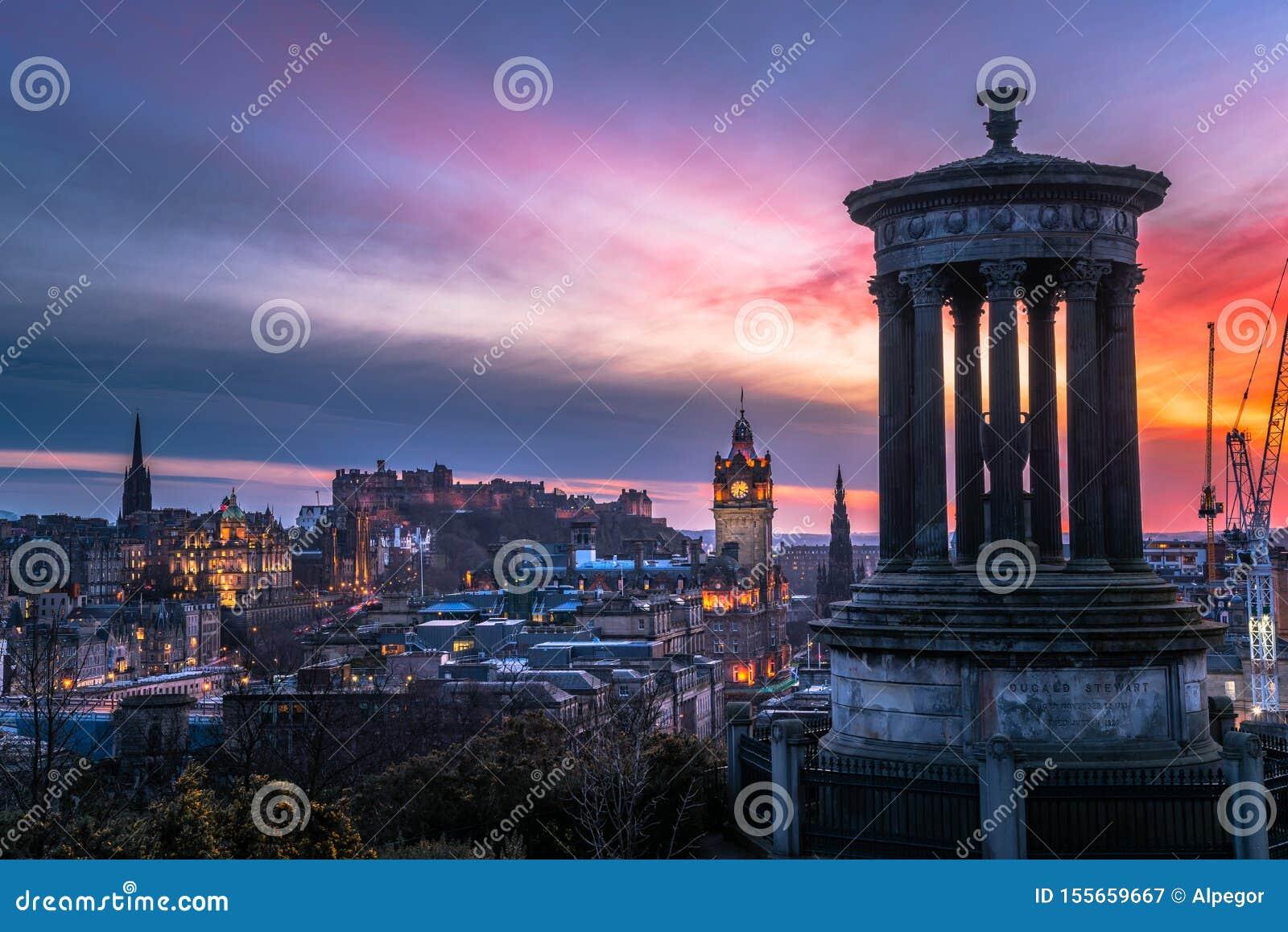 在爱丁堡市中心的惊人五颜六色的天空在黄昏