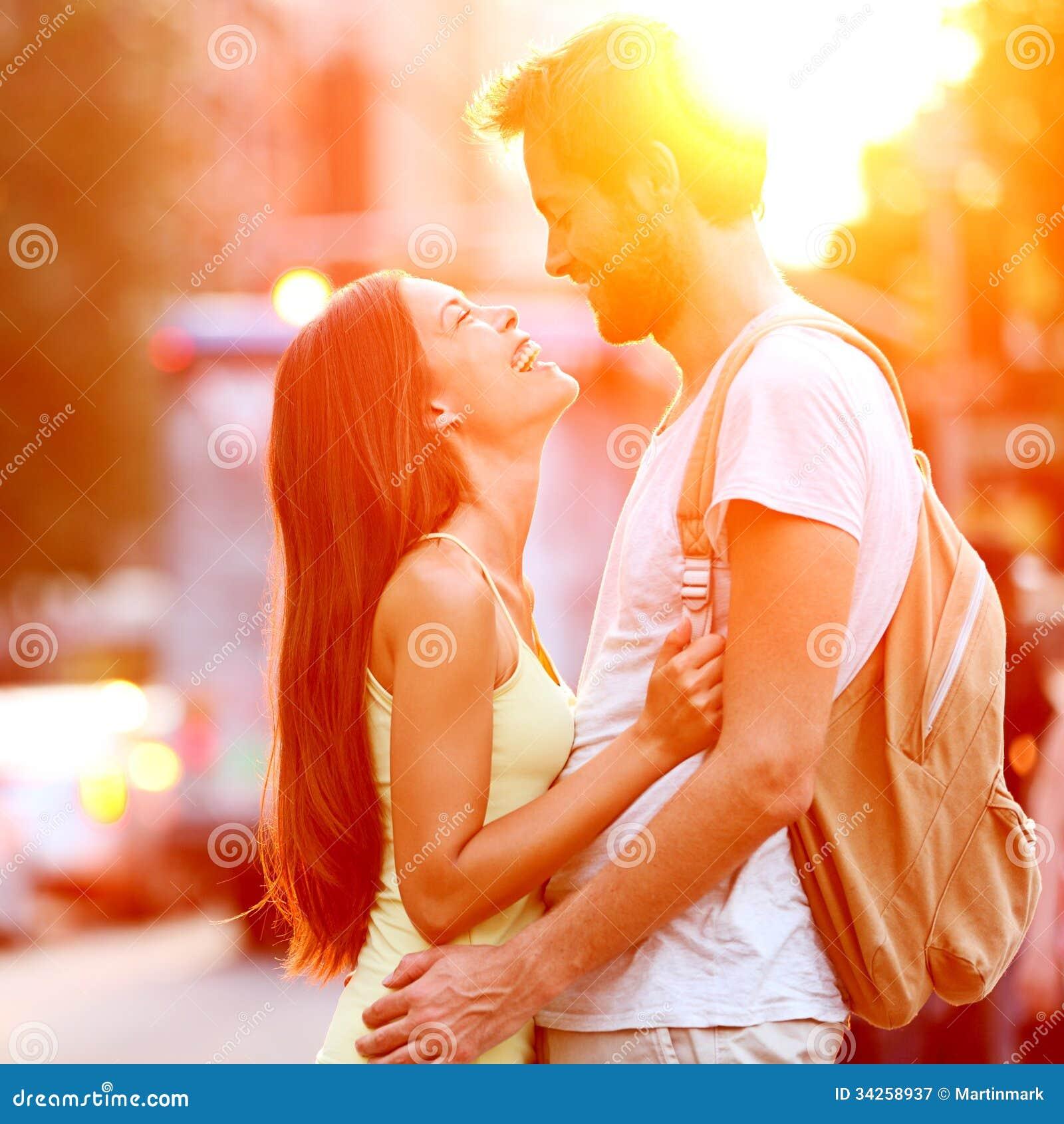 在爱亲吻的笑的夫妇获得乐趣
