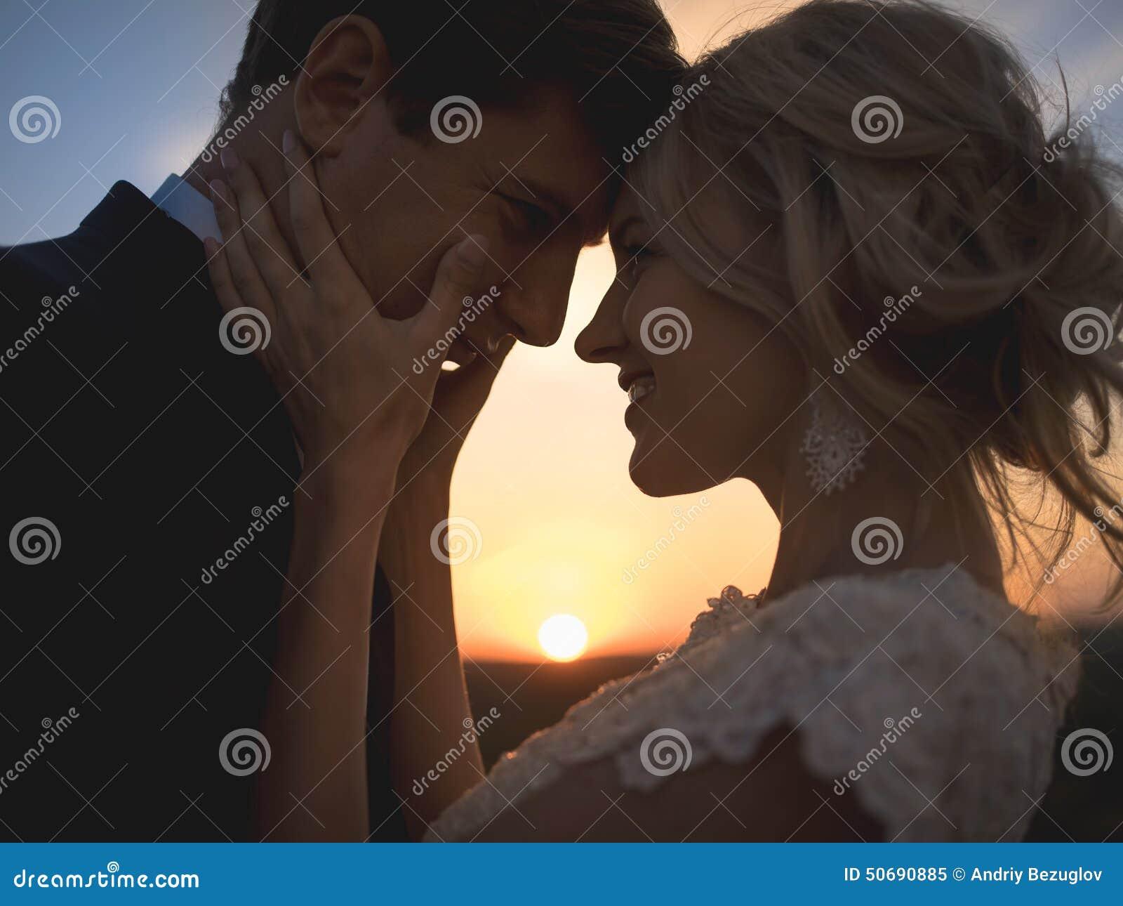 Download 在爱婚礼夫妇的接近的画象剪影 反对se 库存图片. 图片 包括有 纵向, 人力, beautifuler - 50690885