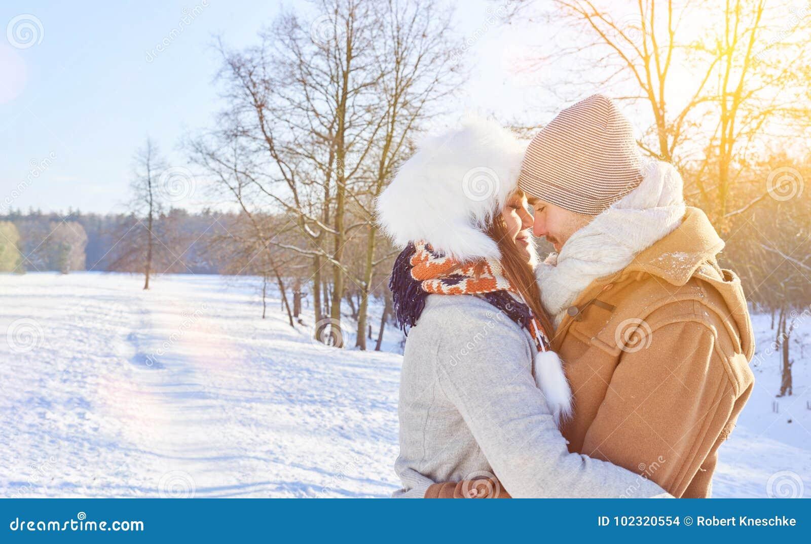 在爱容忍的夫妇在冬天
