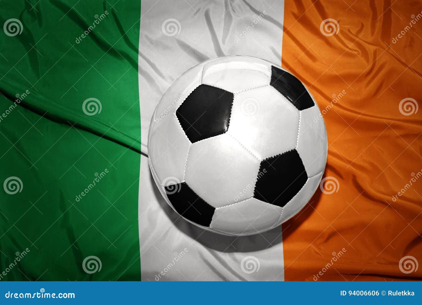 在爱尔兰的国旗的黑白橄榄球球