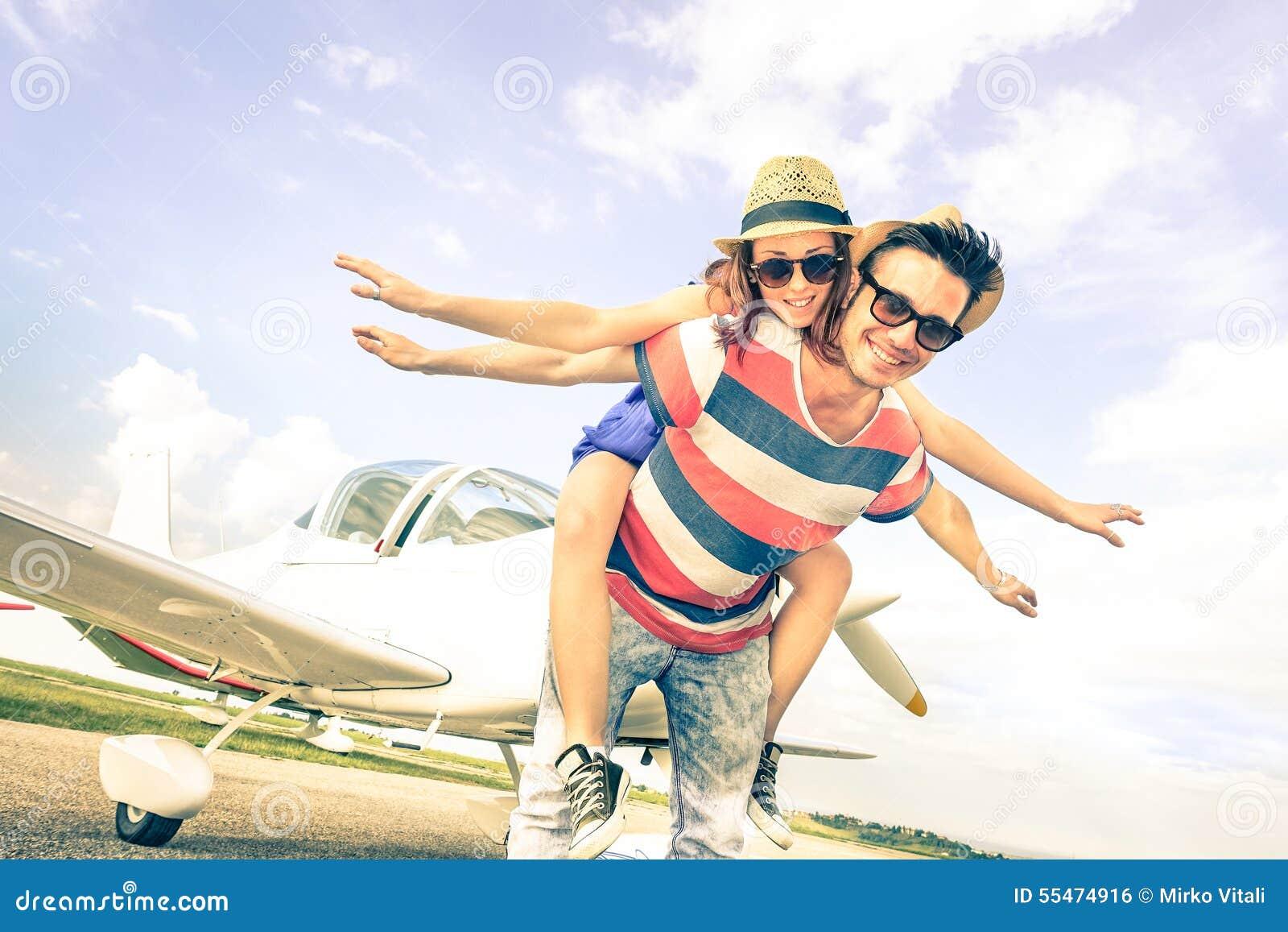 在爱的愉快的行家夫妇在飞机旅行蜜月绊倒