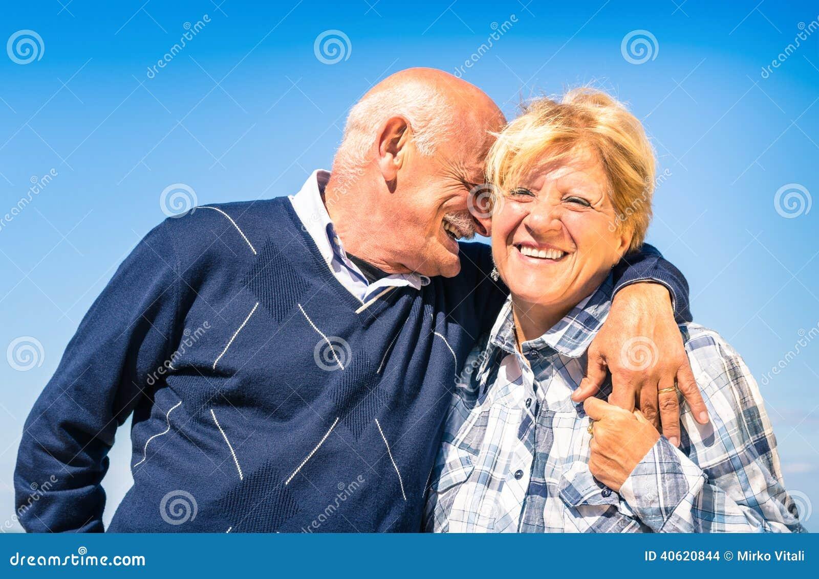 在爱的愉快的资深夫妇在退休-快乐的年长生活方式