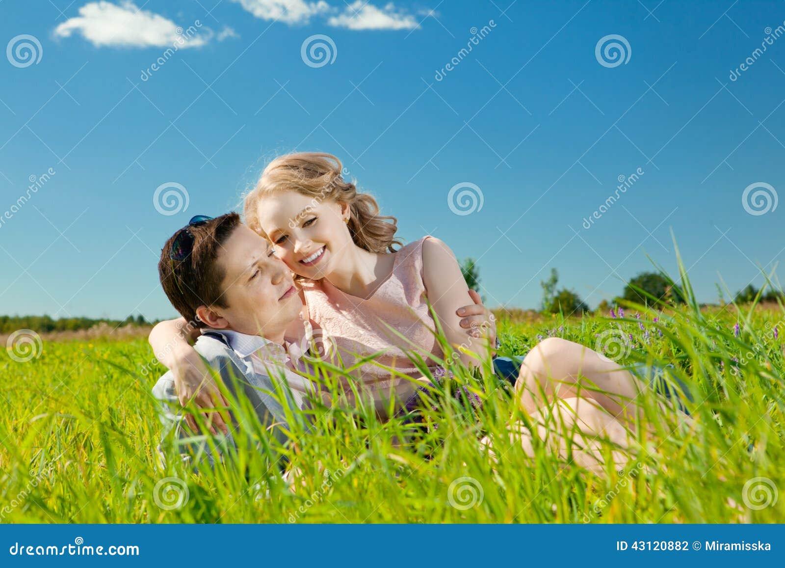 在爱的愉快的年轻成人夫妇在领域 两,人和wom
