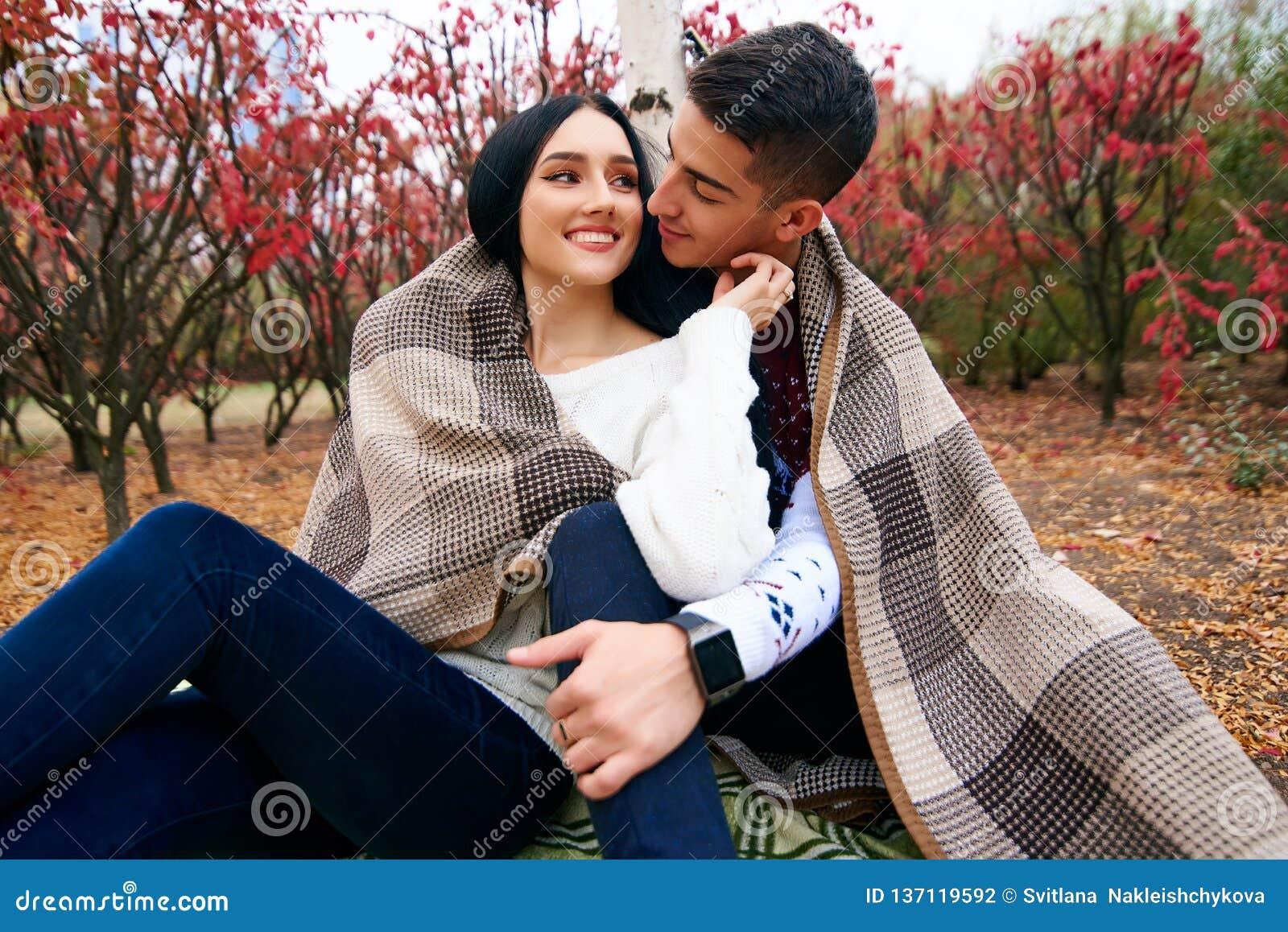 在爱的美好的夫妇在与吉他的自然