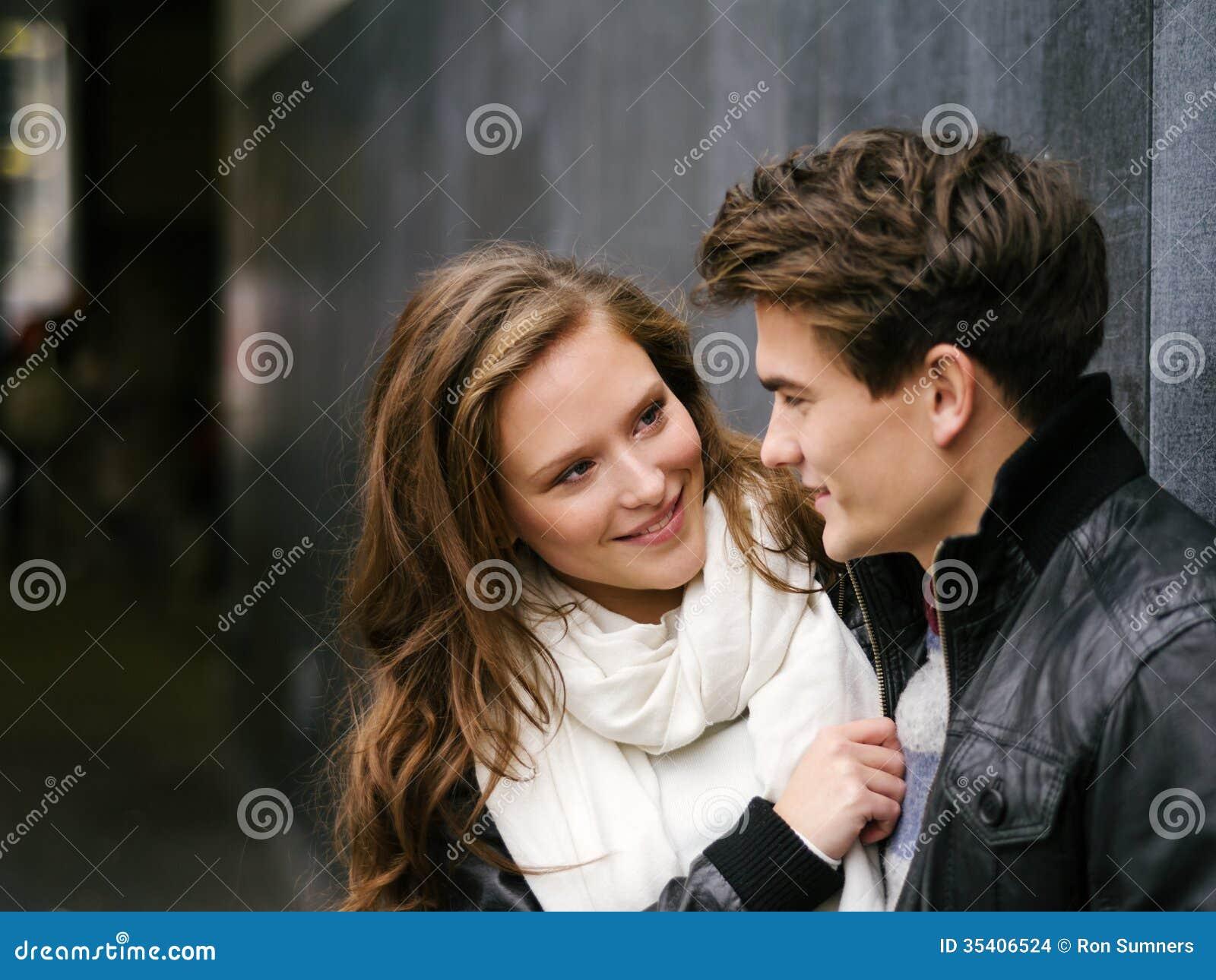 在爱的年轻夫妇