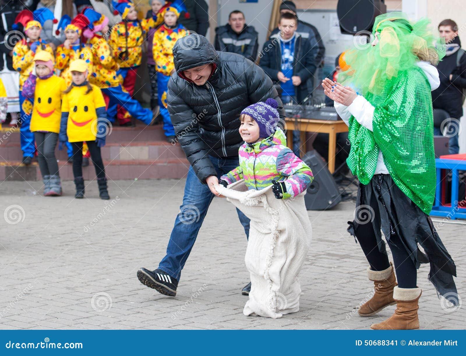 Download 在父亲帮助下 编辑类照片. 图片 包括有 伙计, 森林, 玩偶, 舞蹈, 喜悦, 膳食, 节假日, 食物 - 50688341