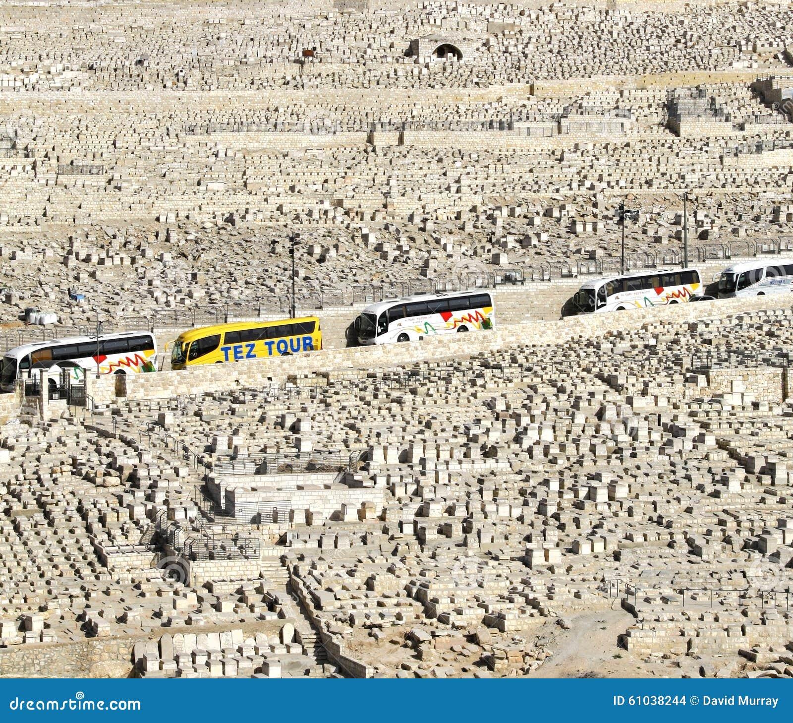 在犹太公墓,耶路撒冷,以色列的游览车