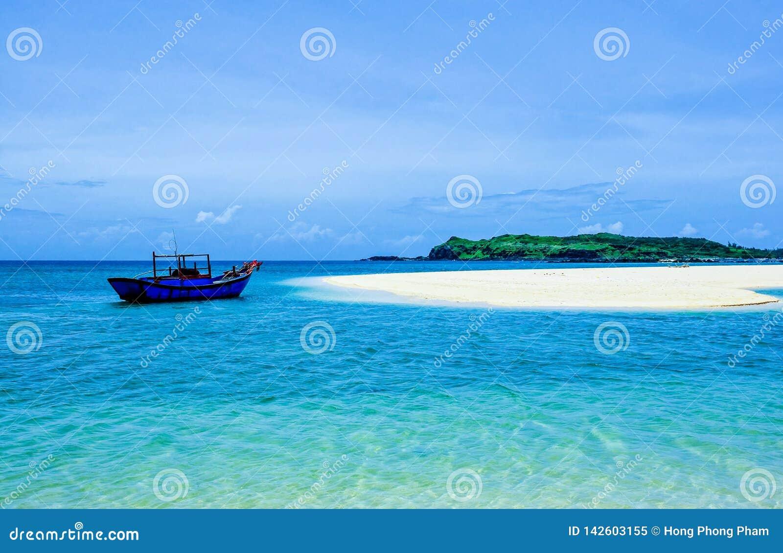 在狂放的海滩的一艘孤立船