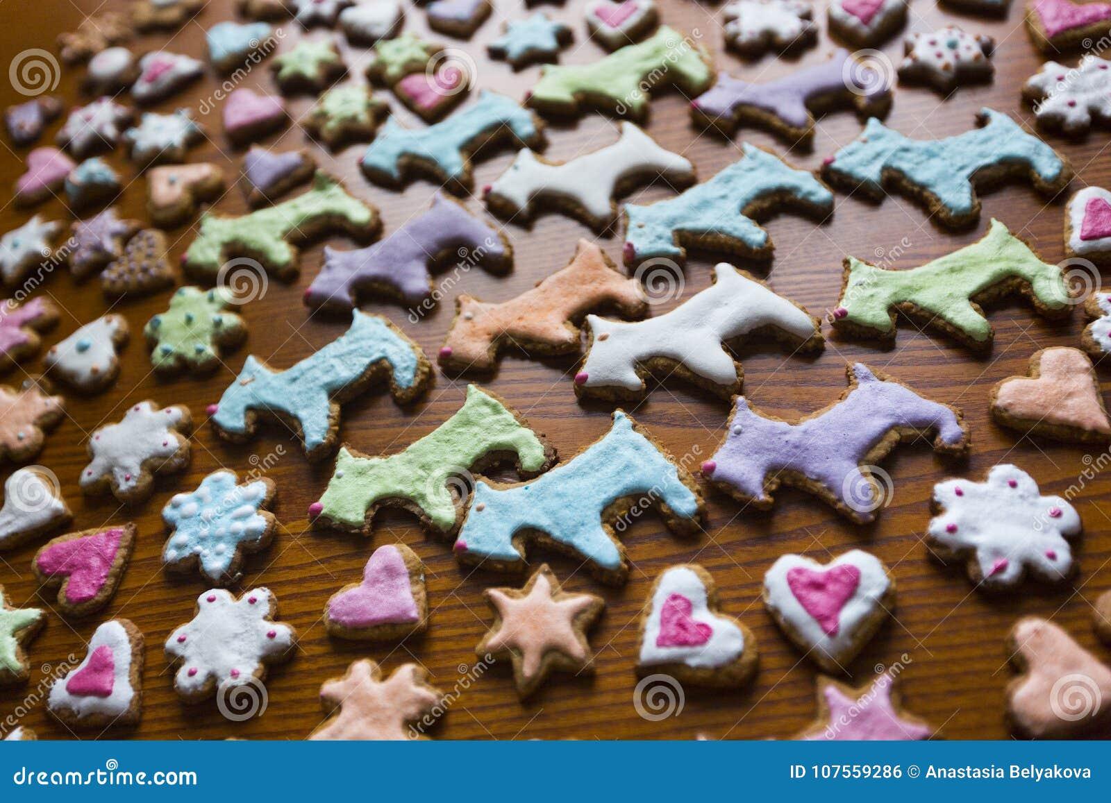 在狗、心脏、花和星形状的手工制造自创五颜六色的曲奇饼