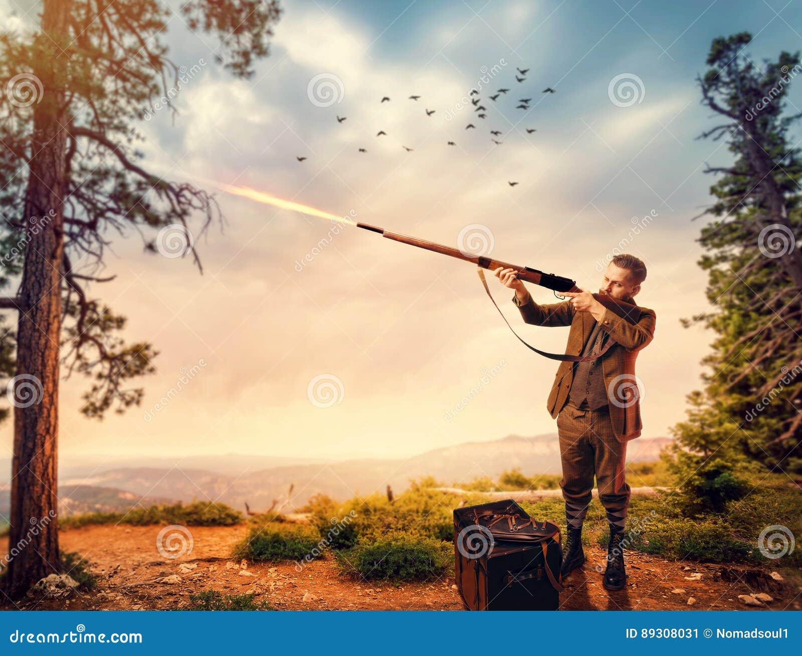 在狩猎衣物的鸭子猎人瞄准一杆老步枪