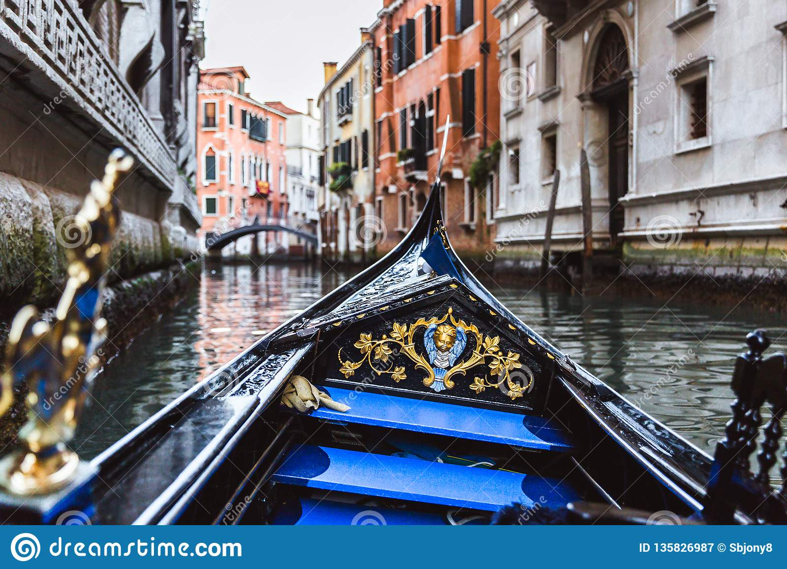 在狭窄的运河的传统长平底船在威尼斯,意大利