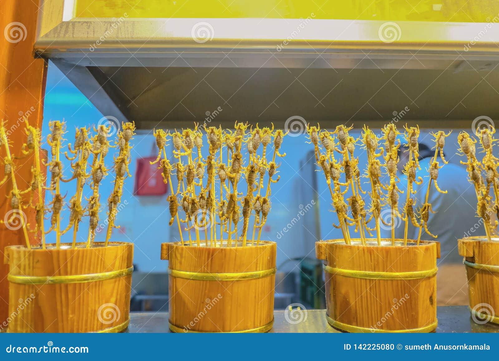 在王府井走的街道和街道食物的油煎的蝎子街道食物在北京市