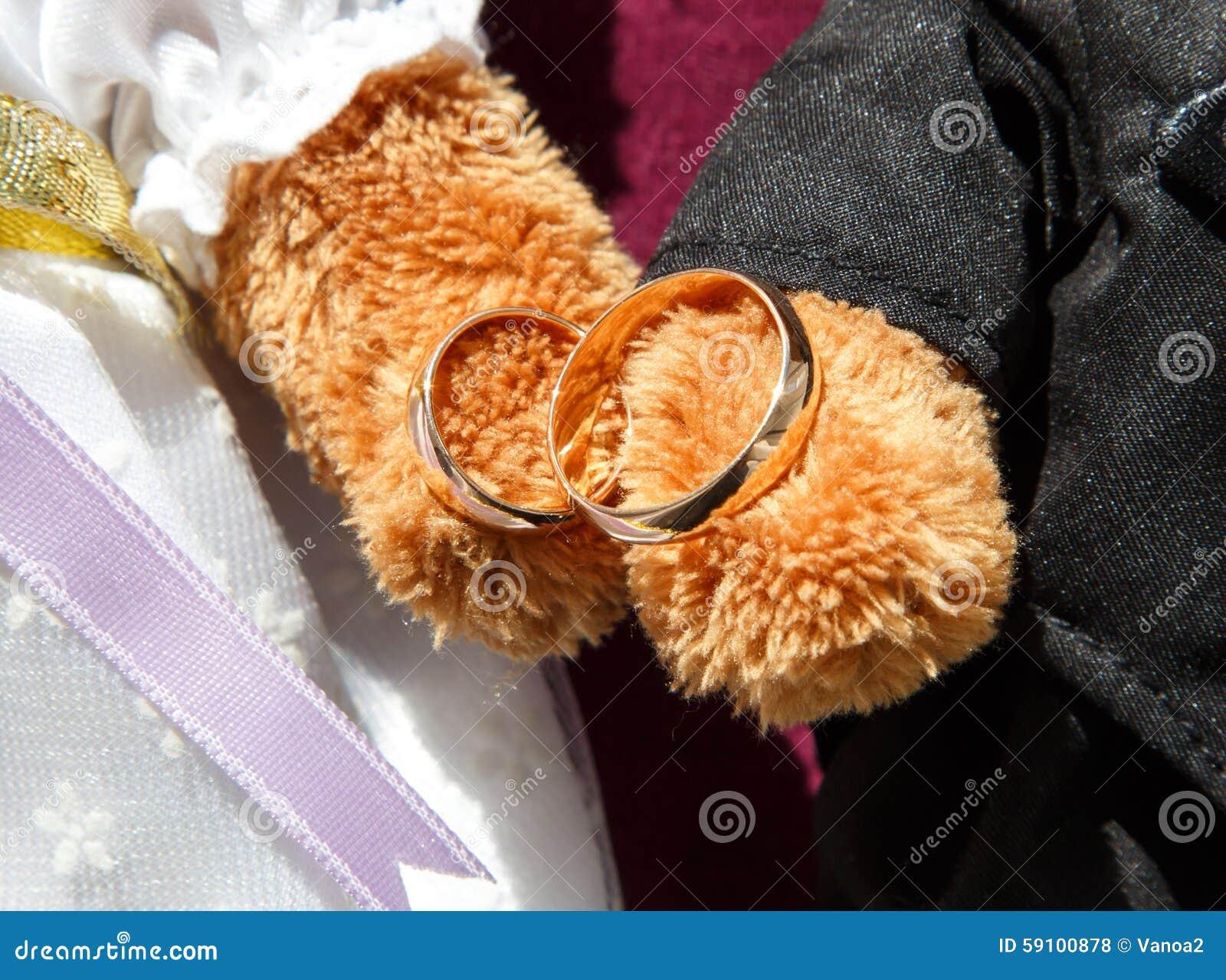 在玩具熊掌的金婚圆环