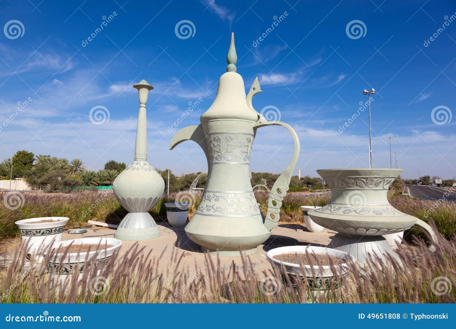 在环形交通枢纽的咖啡壶雕塑在艾因