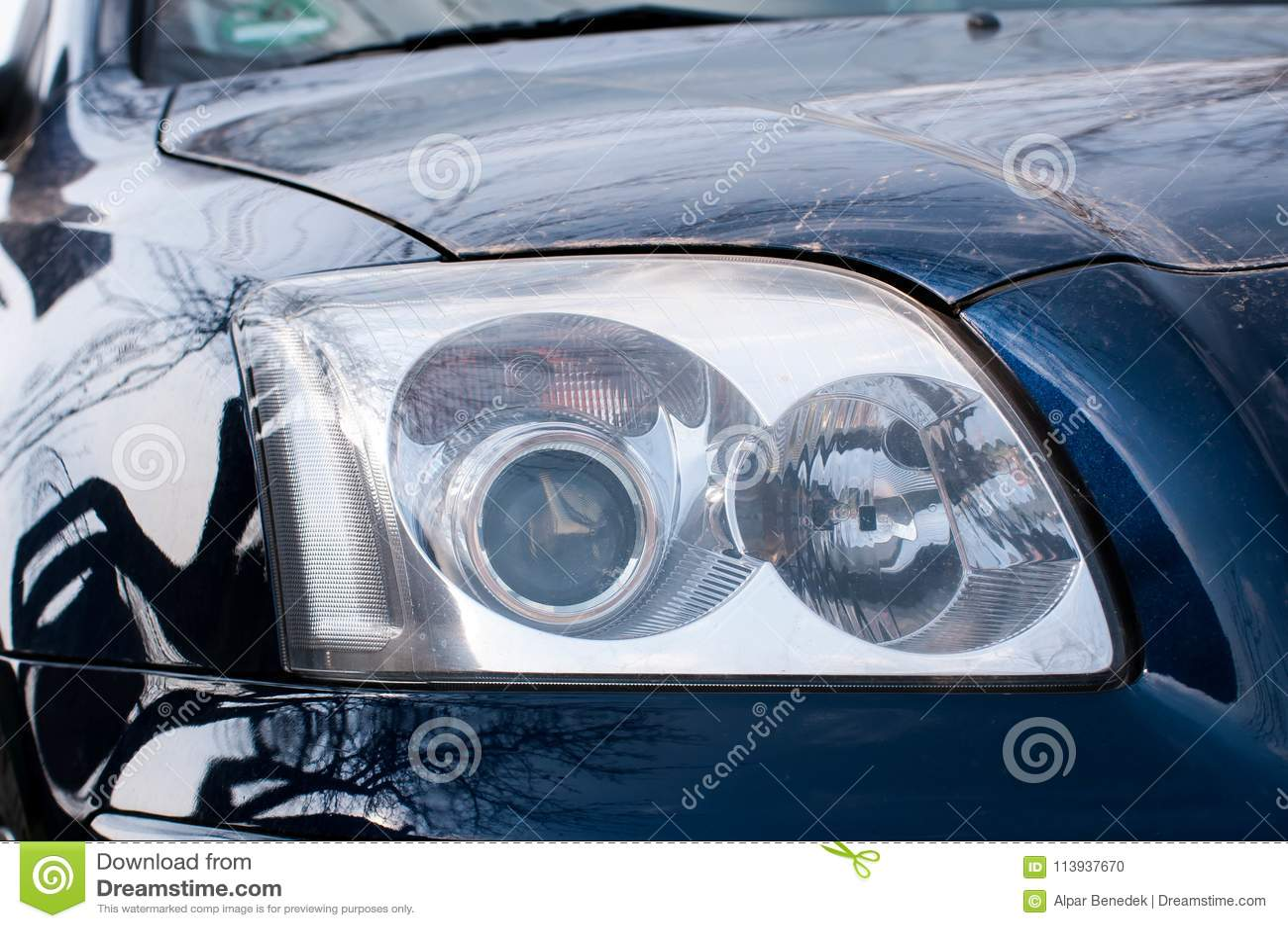 在现代肮脏的日本汽车的顶头光