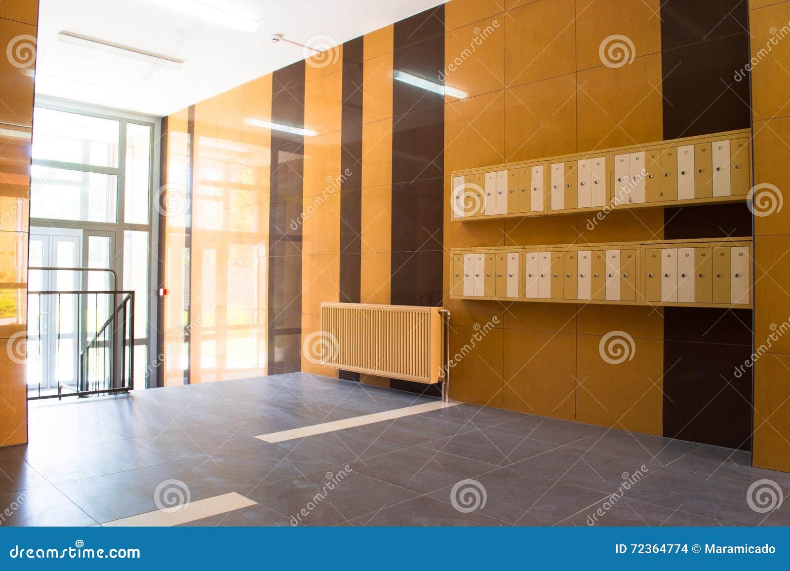 在现代大厦的入口与邮箱
