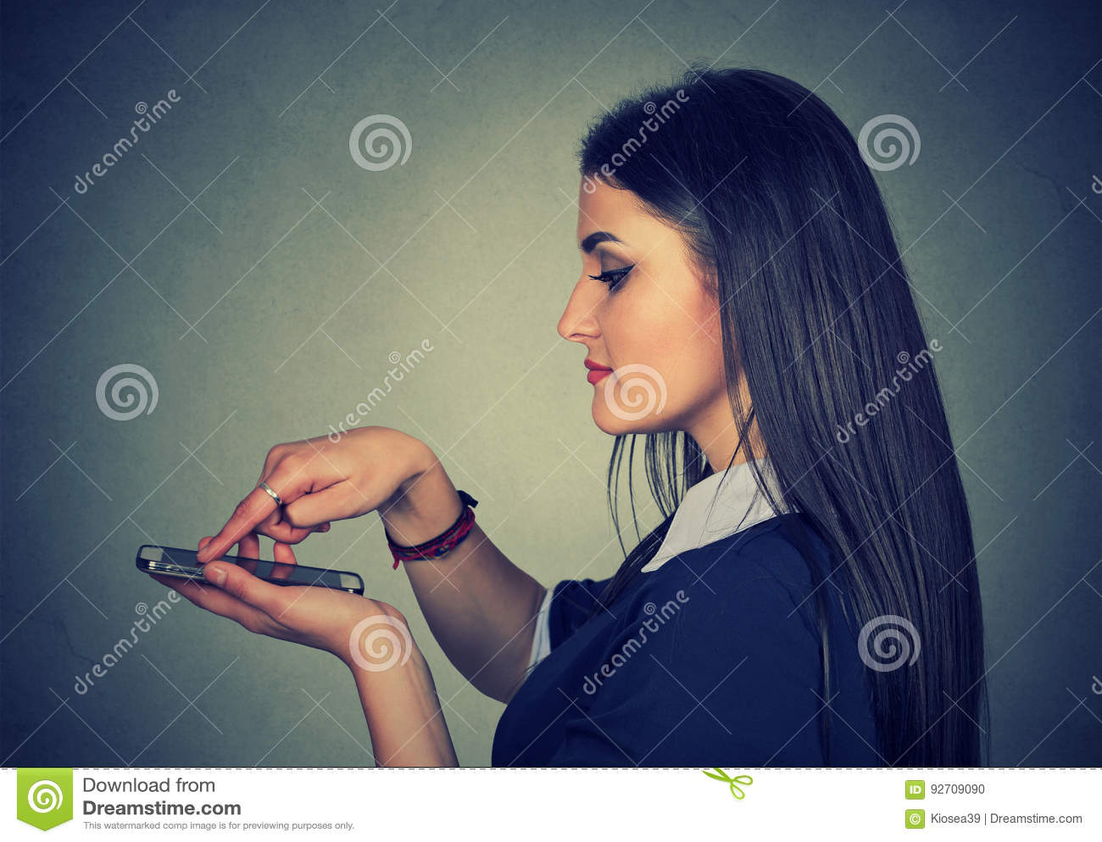 在现代流动巧妙的电话的妇女触摸屏