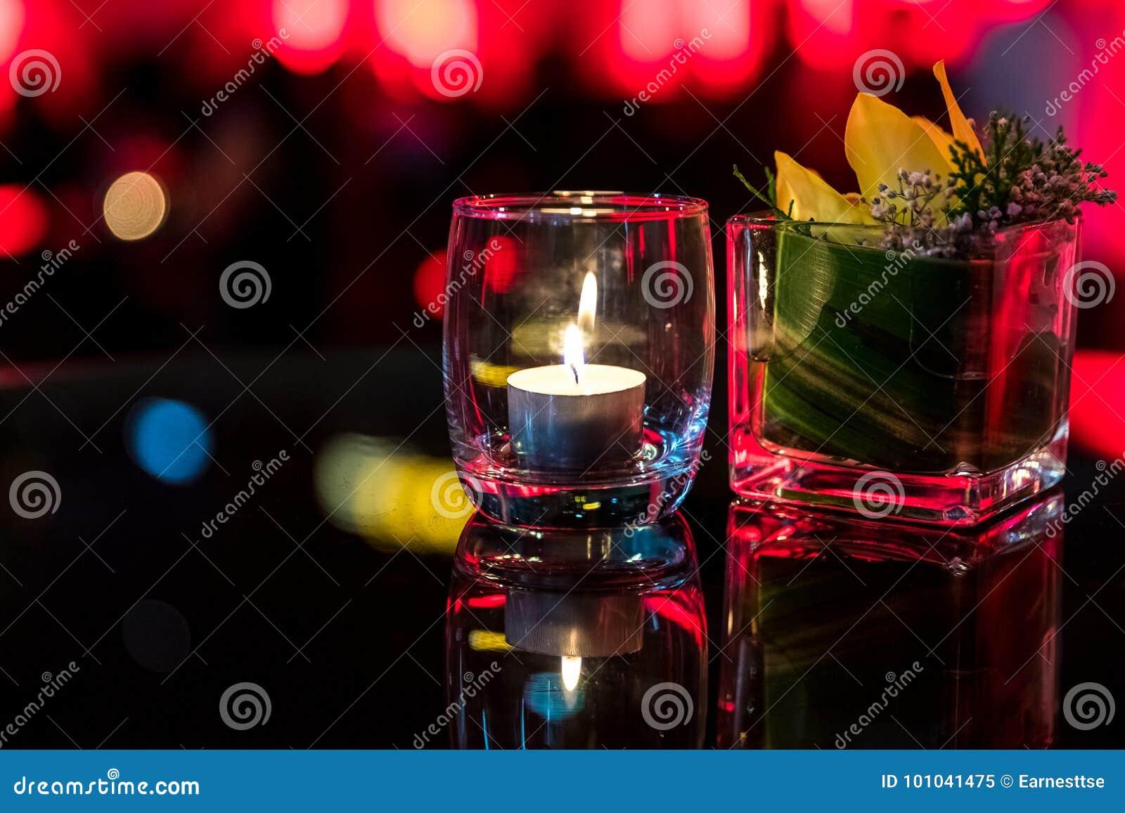 在玻璃杯子的灼烧的蜡烛