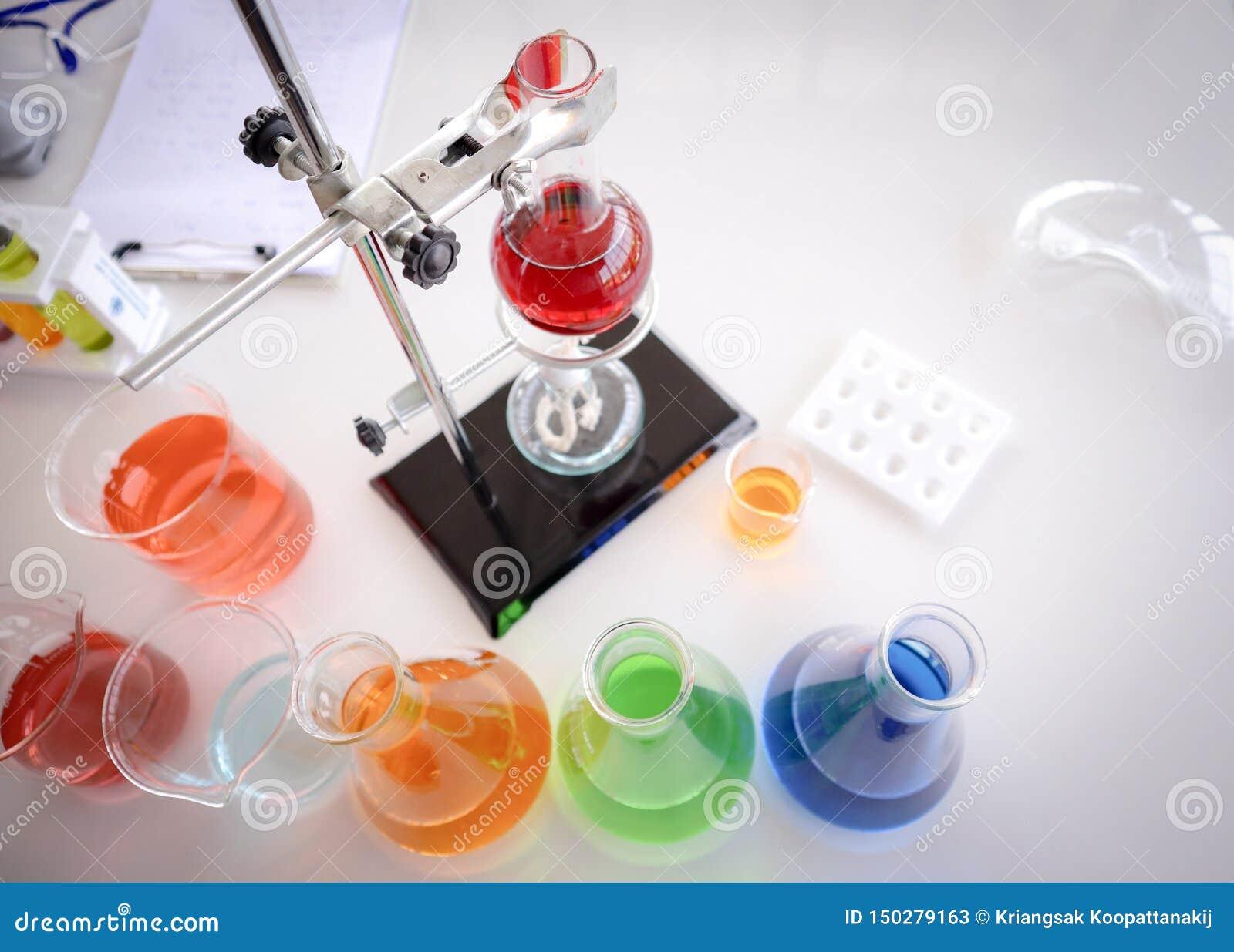 在玻璃测试的烧瓶的红色液体在机架