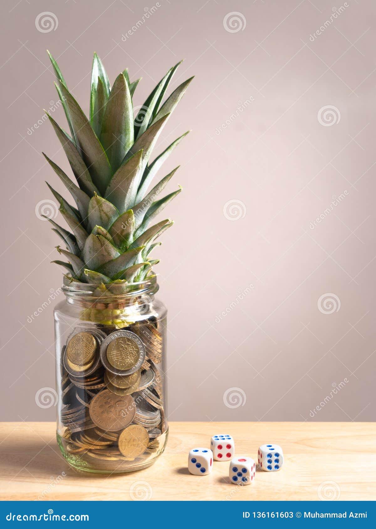 在玻璃瓶的便士用菠萝在上部在另一边生叶并且切成小方块