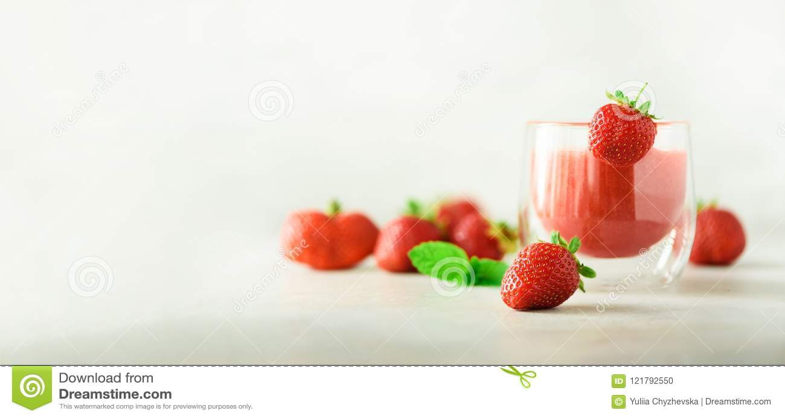 在玻璃的健康草莓圆滑的人在与拷贝空间的灰色背景 钞票 夏天食物和干净的吃概念