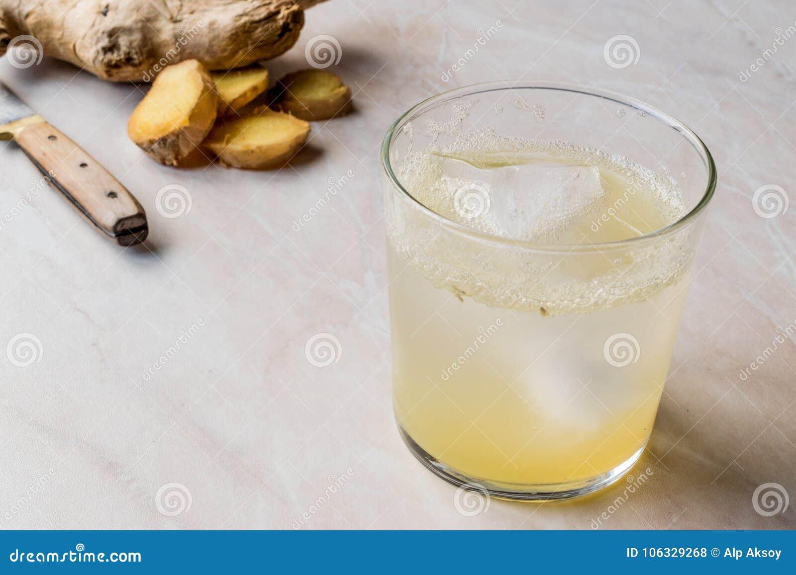 在玻璃的有机姜汁无酒精饮料苏打补品准备喝