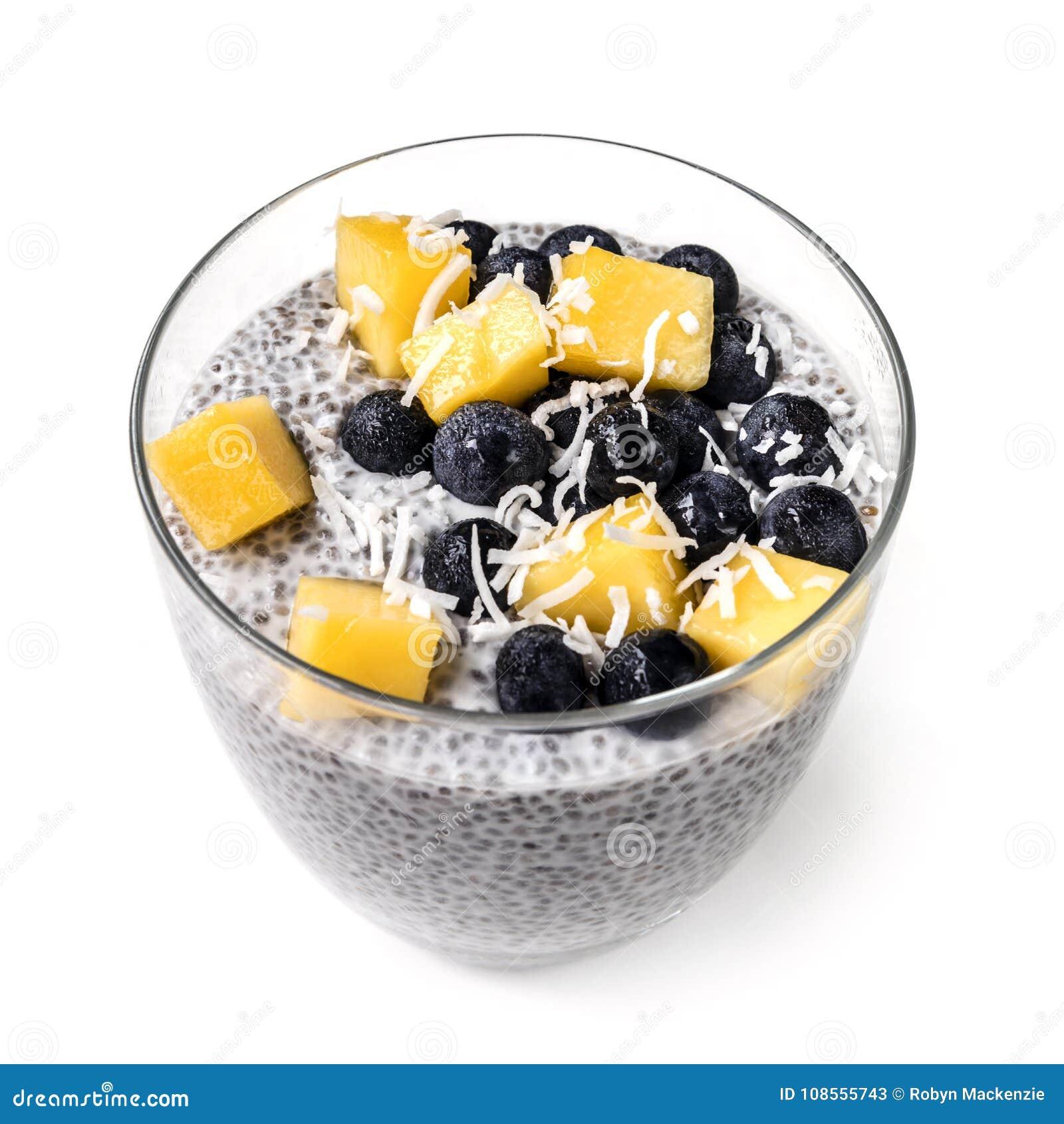 在玻璃隔绝的Chia布丁用蓝莓芒果和Shredd