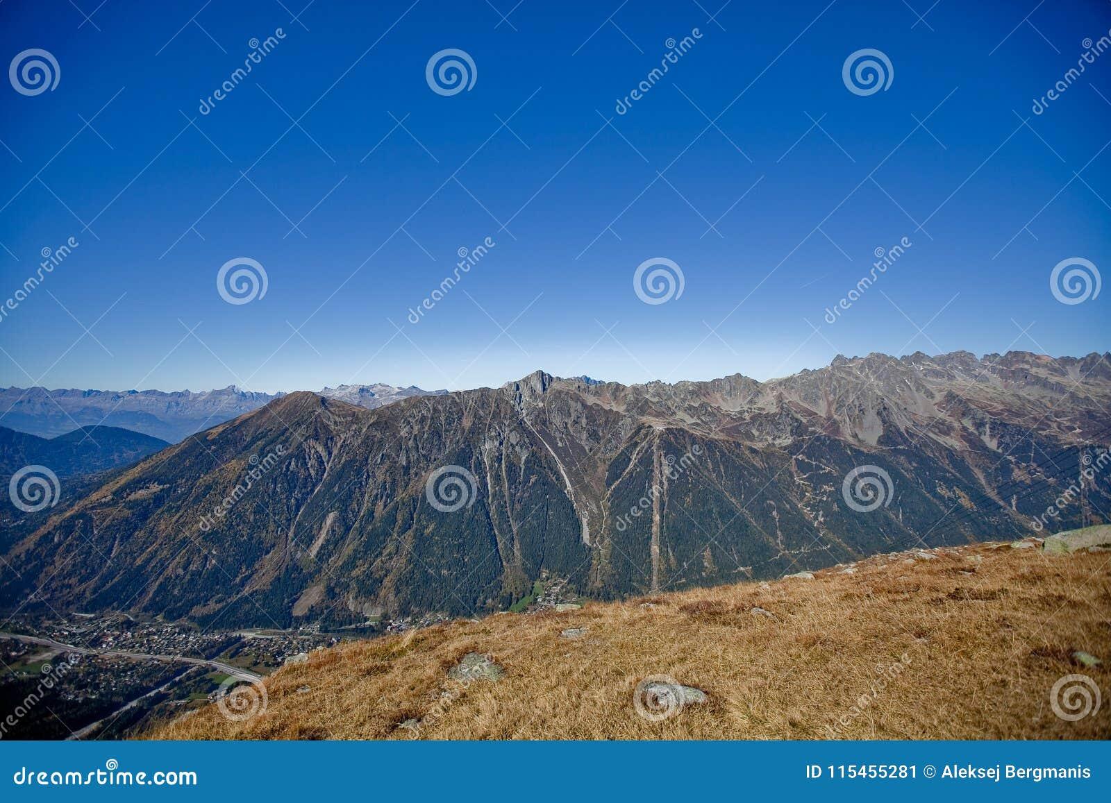 在瑞士人的Snowly山在日内瓦、蓝天、Eurone自然、石头和新鲜空气附近