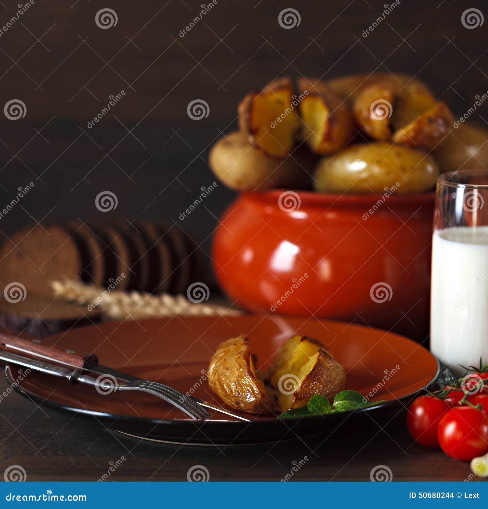 Download 在瓦器的被烘烤的土豆在桌上 库存照片. 图片 包括有 土豆, 细菌学, 玻璃, 牛奶, 菜单, 蔬菜, 叉子 - 50680244