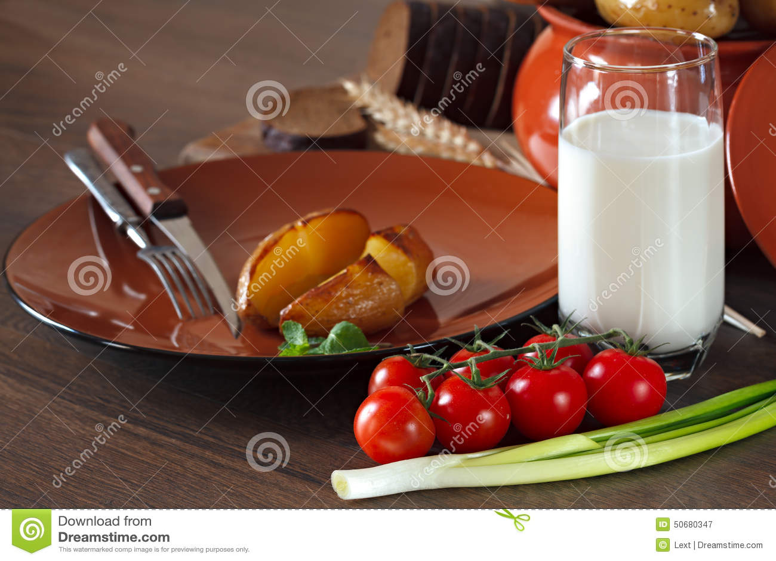 Download 在瓦器的被烘烤的土豆在桌上 库存图片. 图片 包括有 食物, 美食术, 牛奶, 玻璃, 午餐, 菜单, 叉子 - 50680347