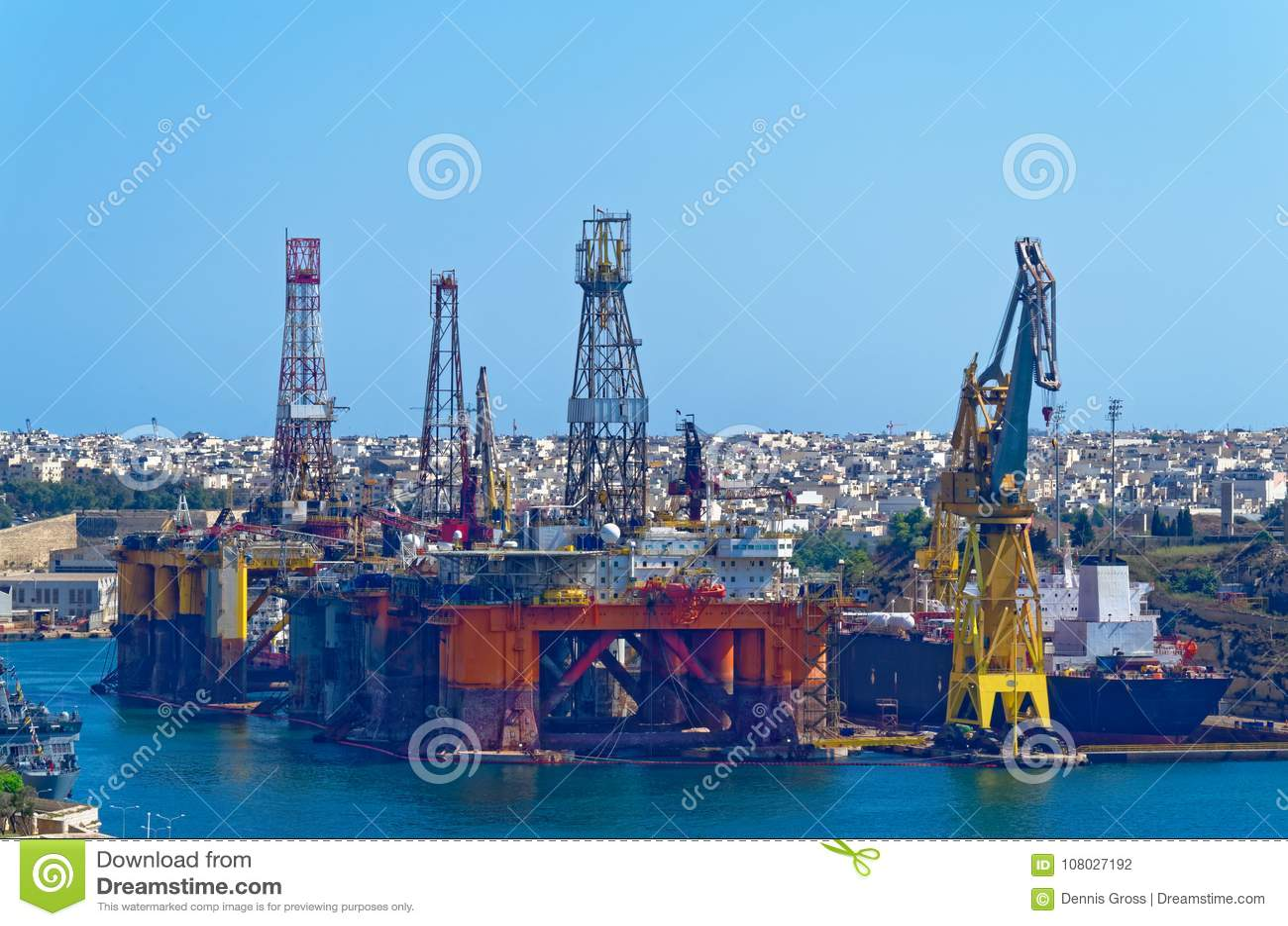 在瓦莱塔,马耳他海湾的油和煤气平台