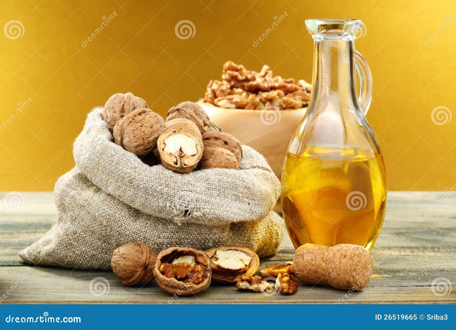 核桃油的美容作用_在瓶和螺母的核桃油.