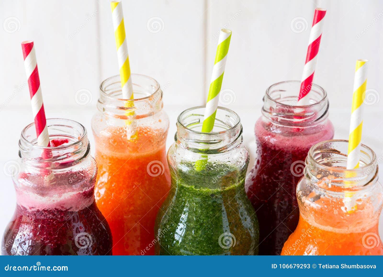 在瓶的戒毒所饮料:从菜的新鲜的圆滑的人:甜菜、红萝卜、菠菜、黄瓜和苹果