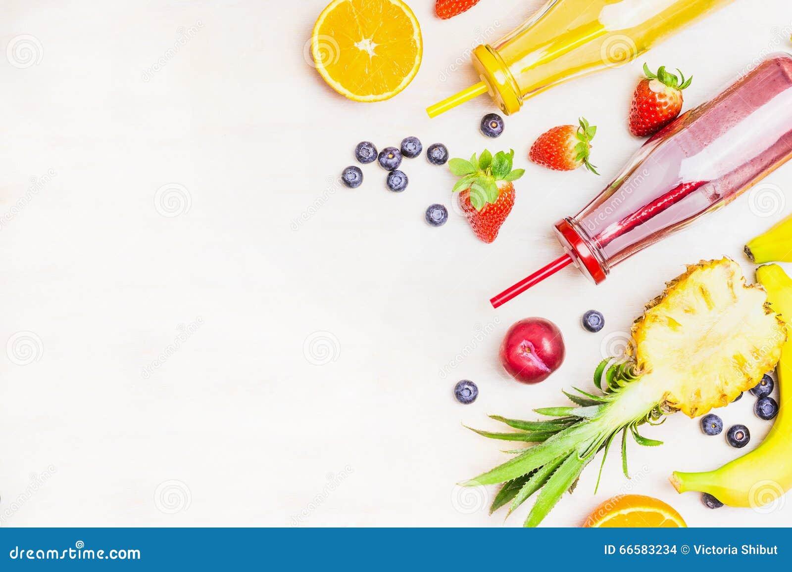 在瓶的红色和黄色圆滑的人有在白色木背景,顶视图,文本的地方的果子成份的