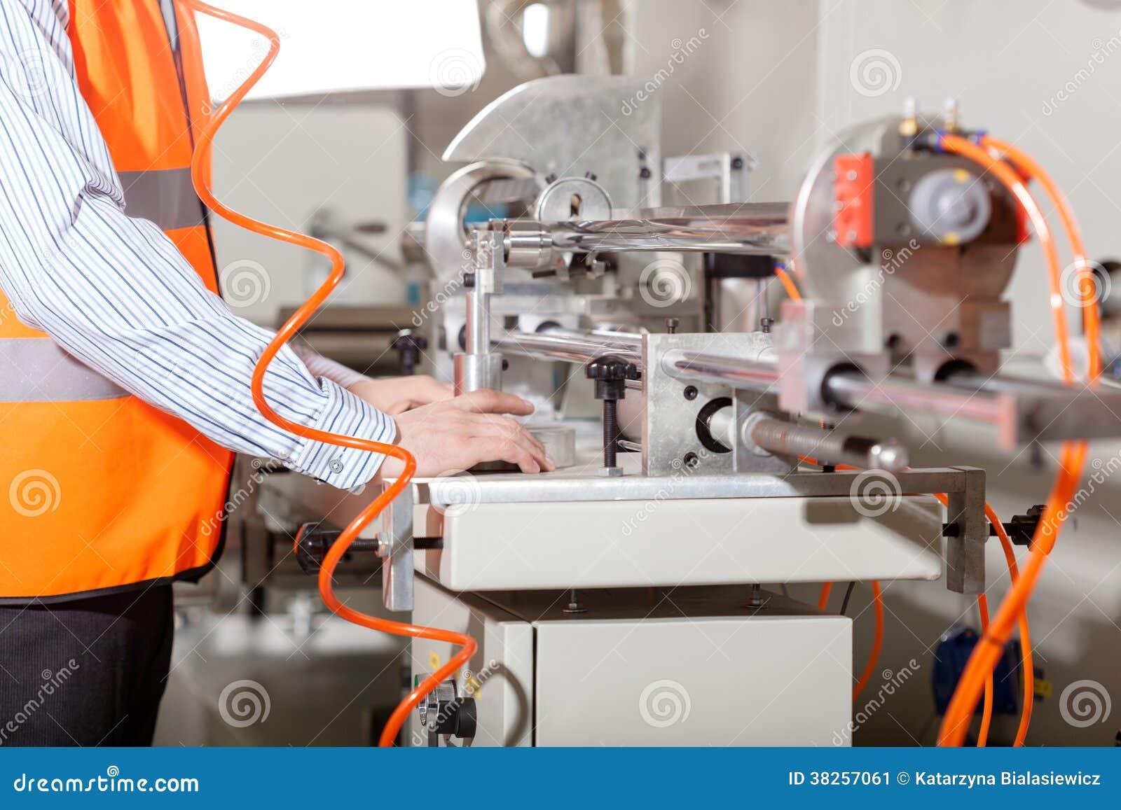 在生产过程中的工厂劳工