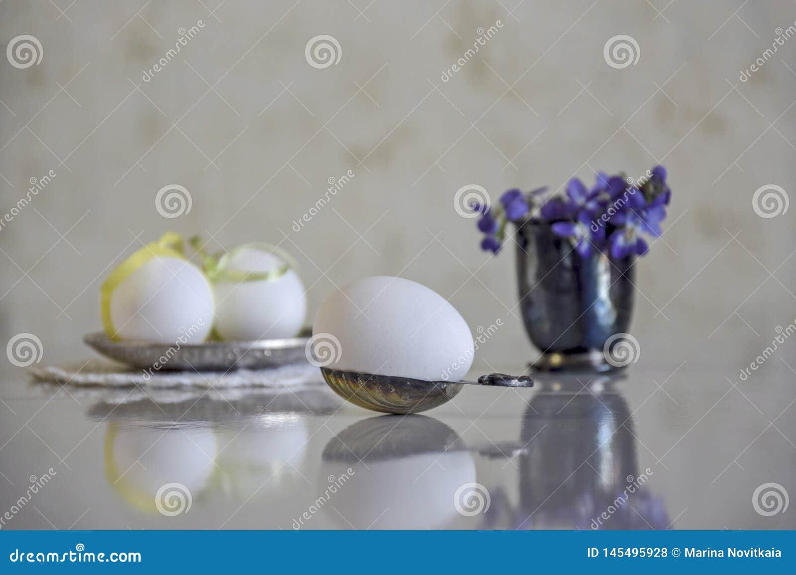 在生来有福的白鸡蛋和森林花花束