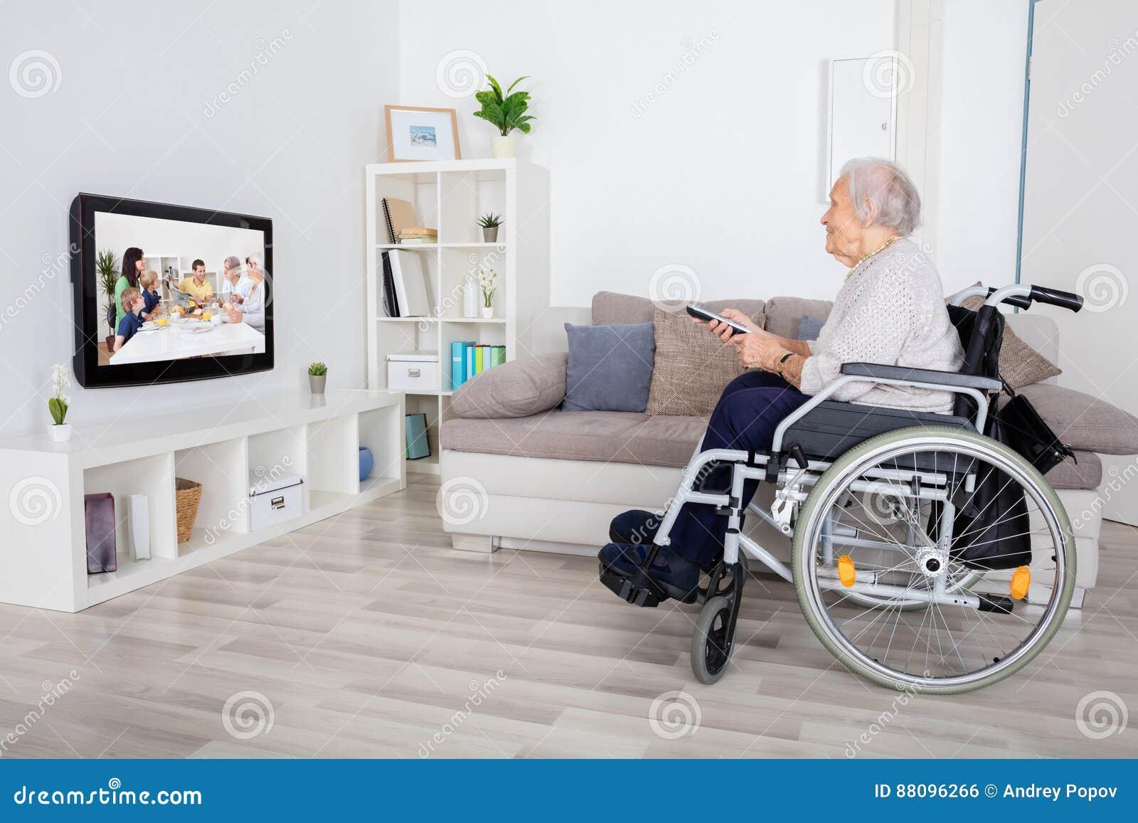 在电视上的祖母观看的电影
