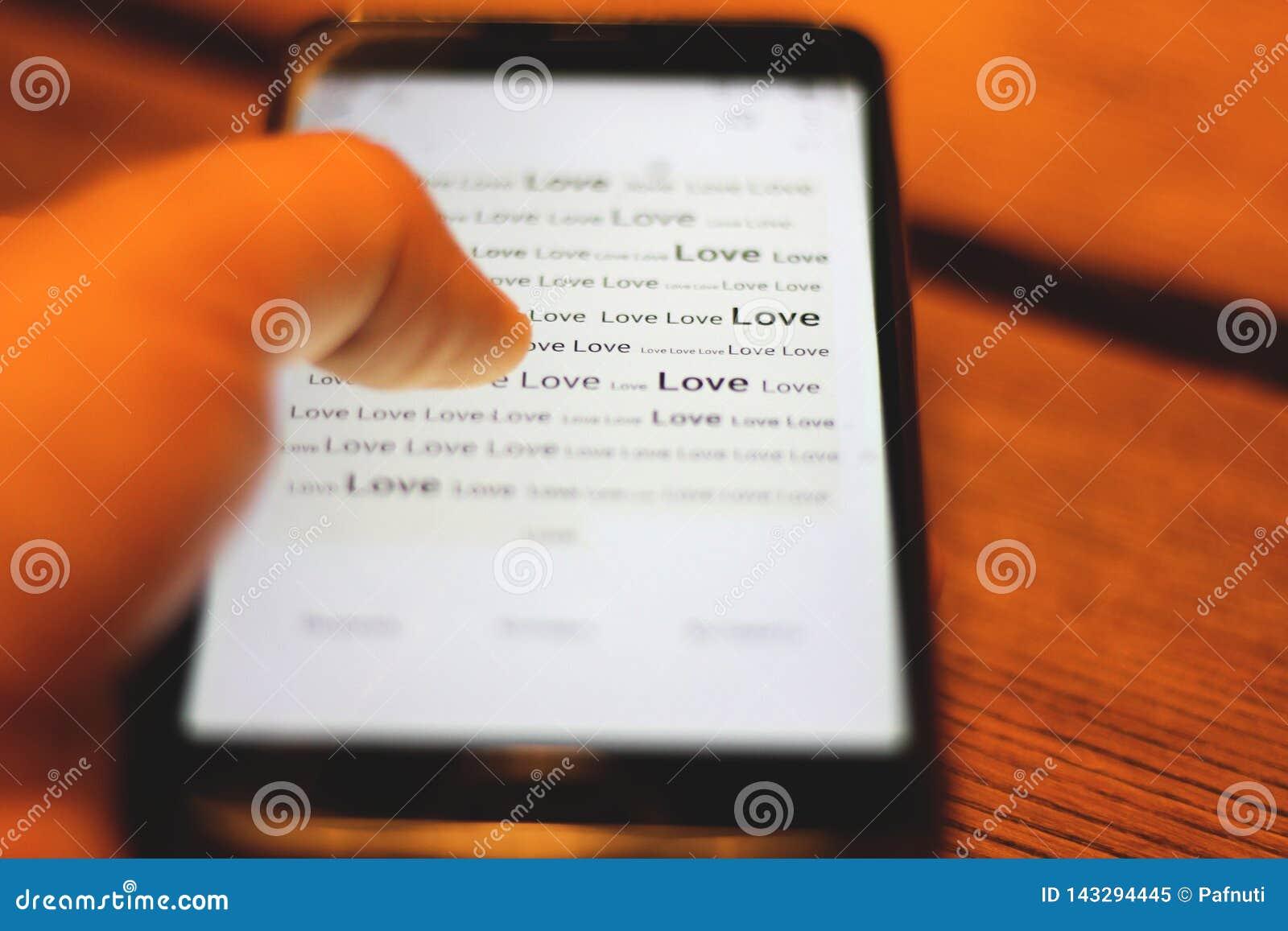 在电话显示的词爱 特写镜头