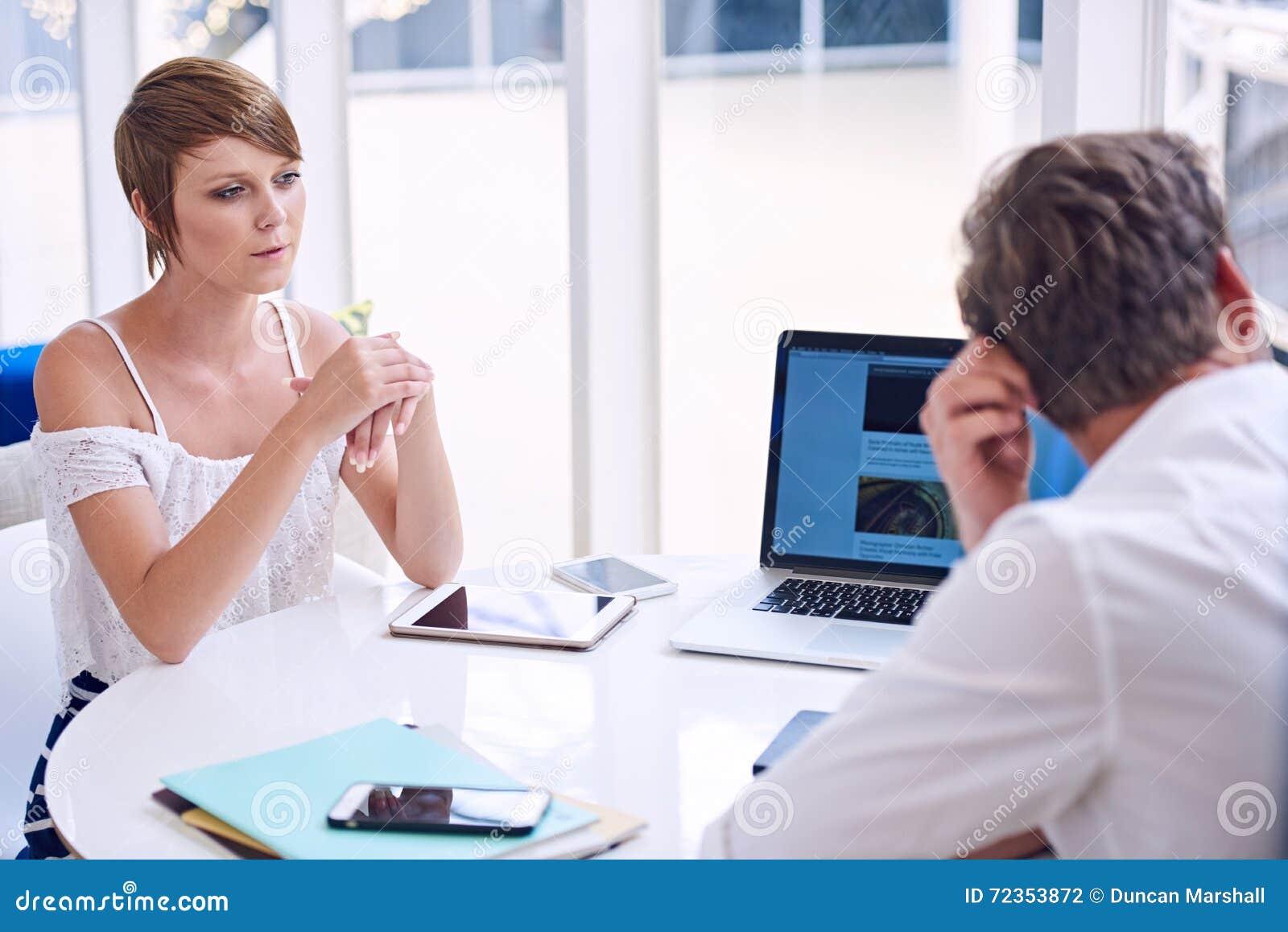 在男性和女性伙伴之间的明显的分歧在业务会议期间