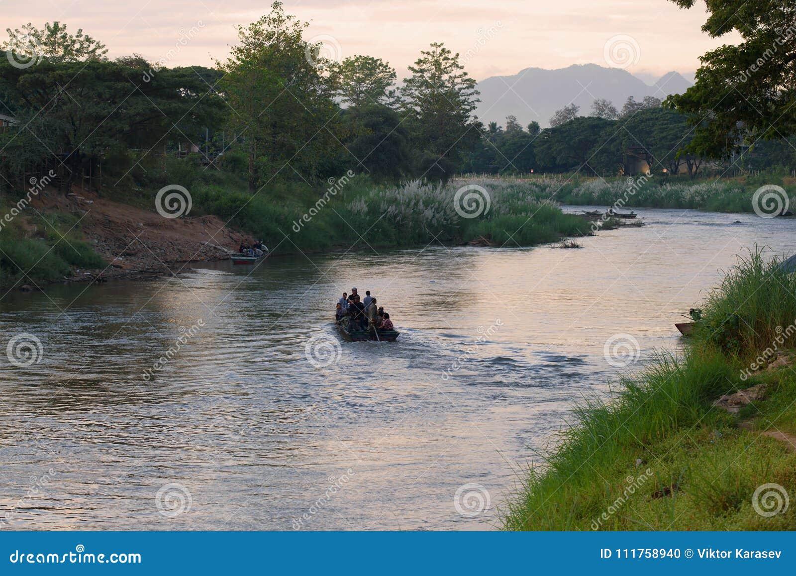 在界限Menammey河的早晨 Burmans乘小船在泰国边,缅甸非法地被运输