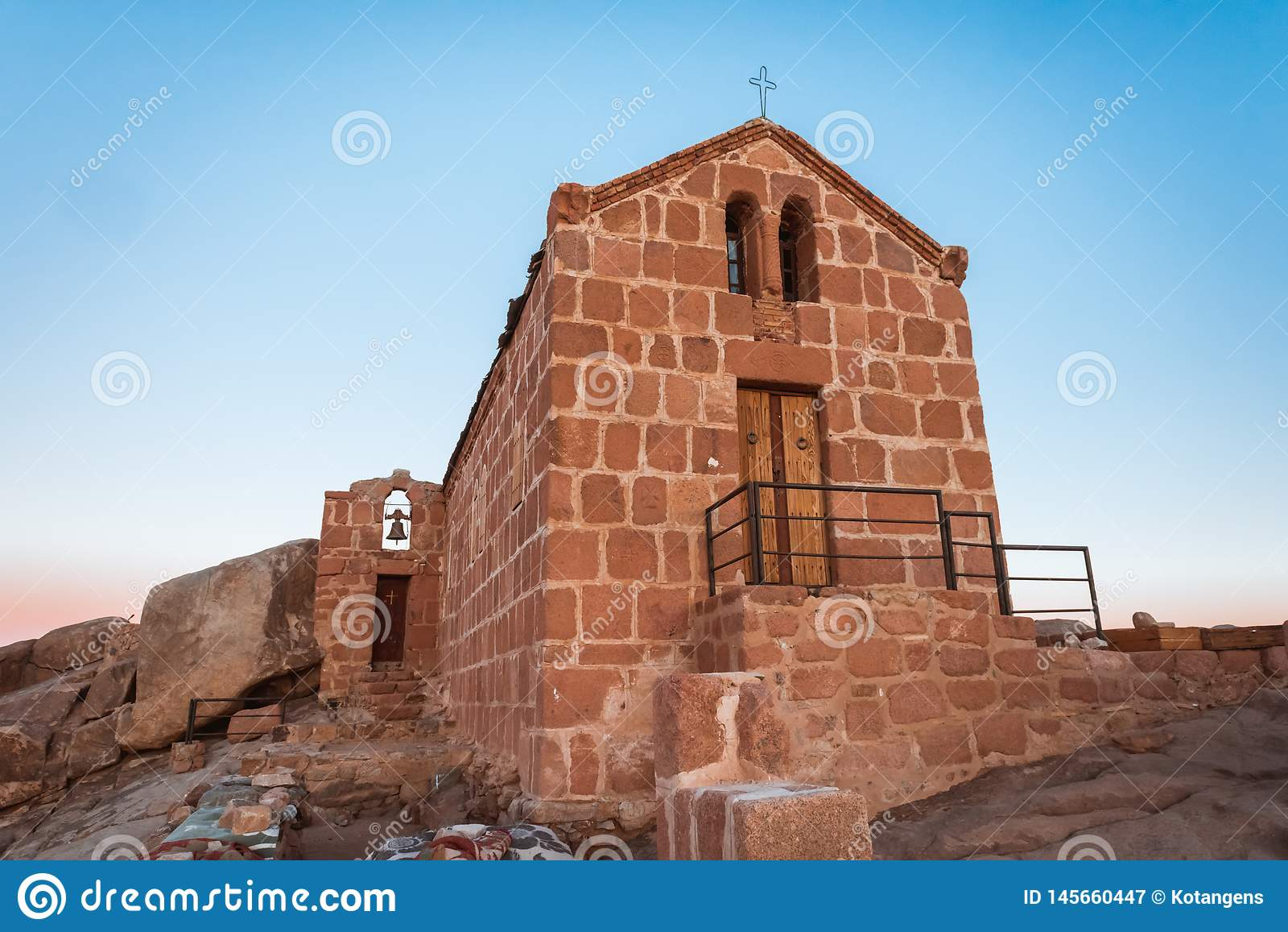 在登上摩西顶部的Chirch在西奈沙漠埃及