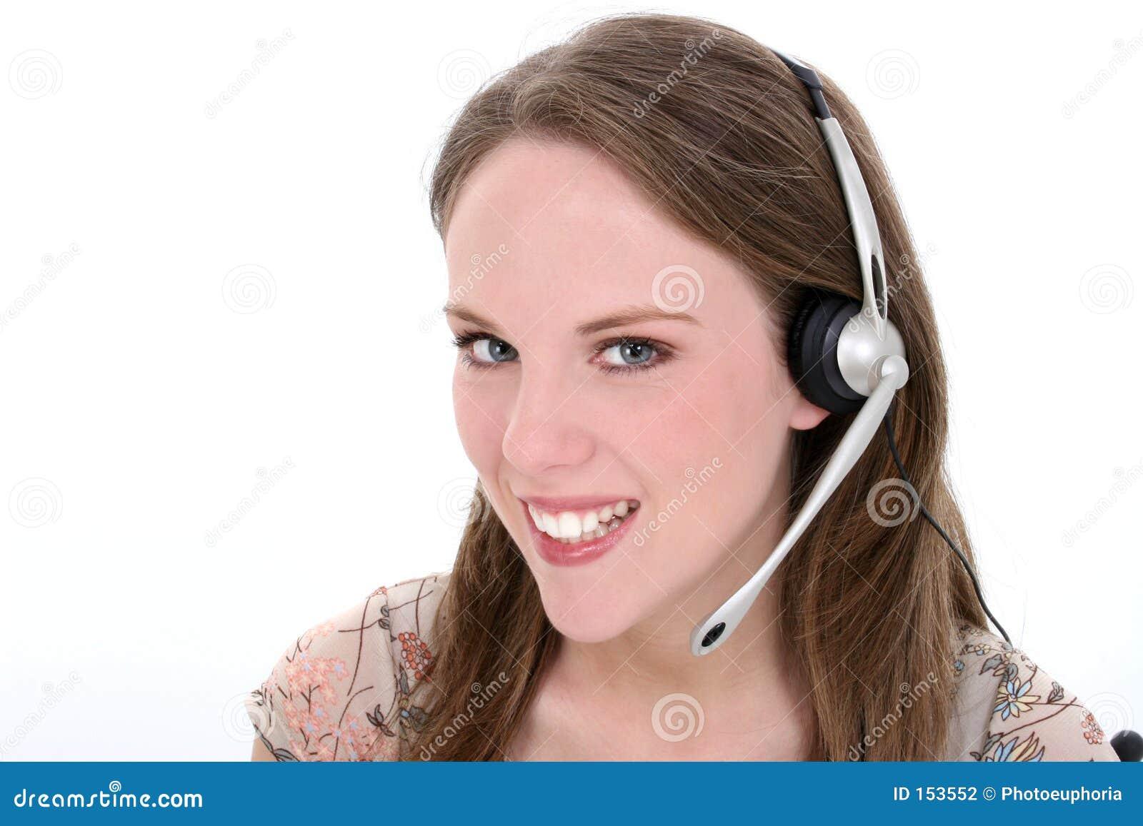 在白人妇女年轻人的美丽的耳机